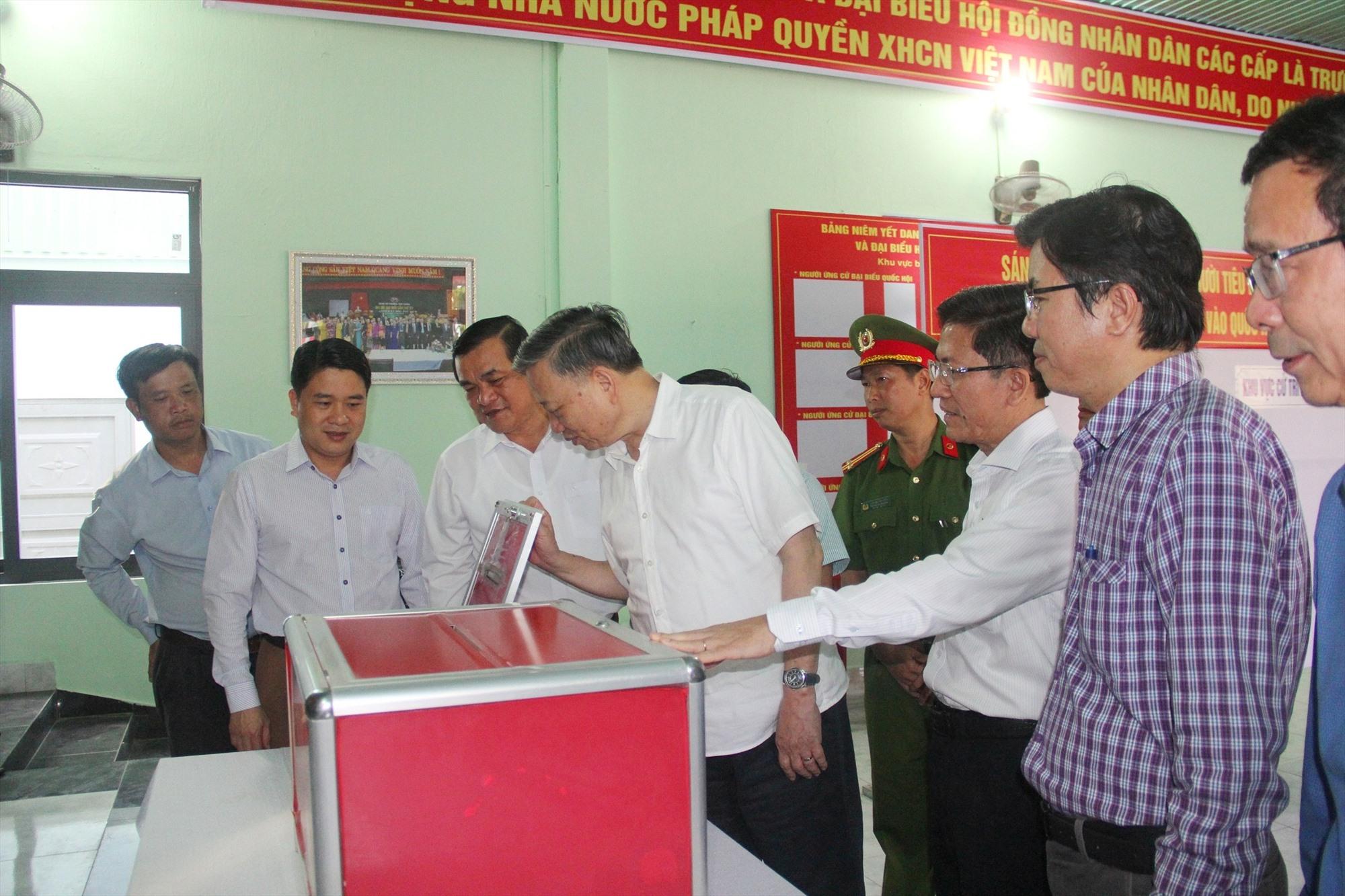 Ủy viên Bộ Chính trị, Đại tướng Tô Lâm kiểm tra công tác chuẩn bị bầu cử tại Quảng Nam vào chiều ngày 19.4.2021. Ảnh: N.Đ