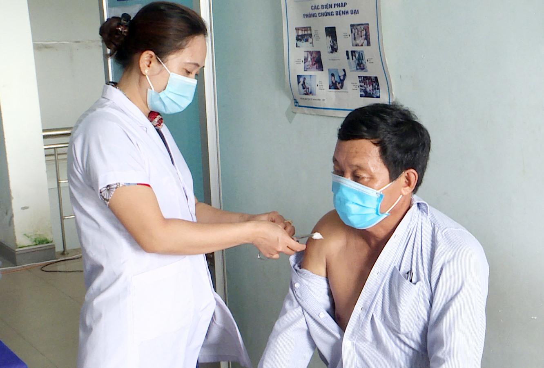 Trung tâm Y tế Núi Thành tiêm vắc xin phòng Covid-19.