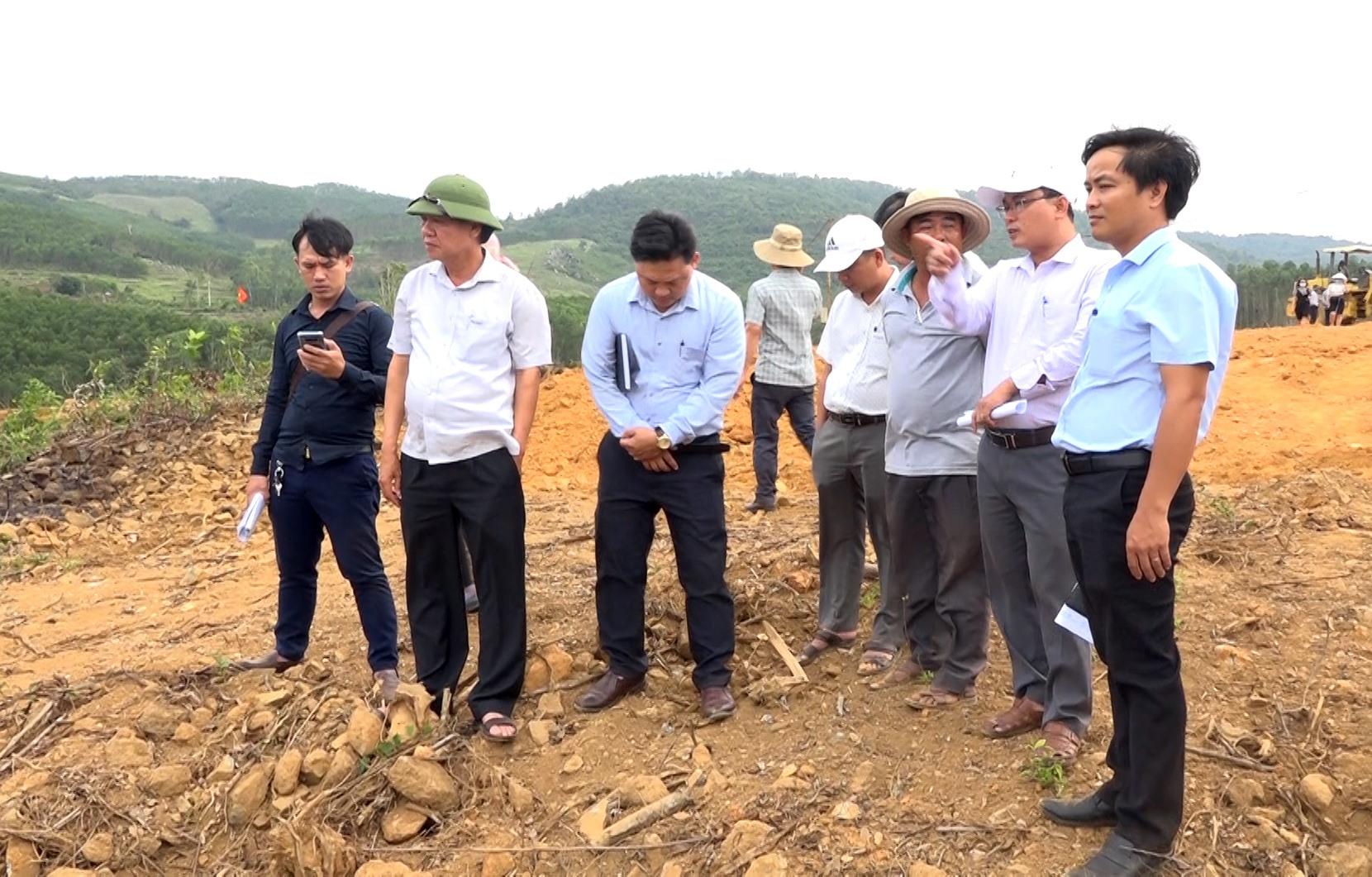 Lãnh đạo huyện Thăng Bình và Ban Quản lý dự án đầu tư xây dựng các công trình Nông nghiệp và Phát triển nông thôn tỉnh kiểm tra thực tế công tác giải phóng mặt bằng hồ chứa nước Hố Do. Ảnh: M.T