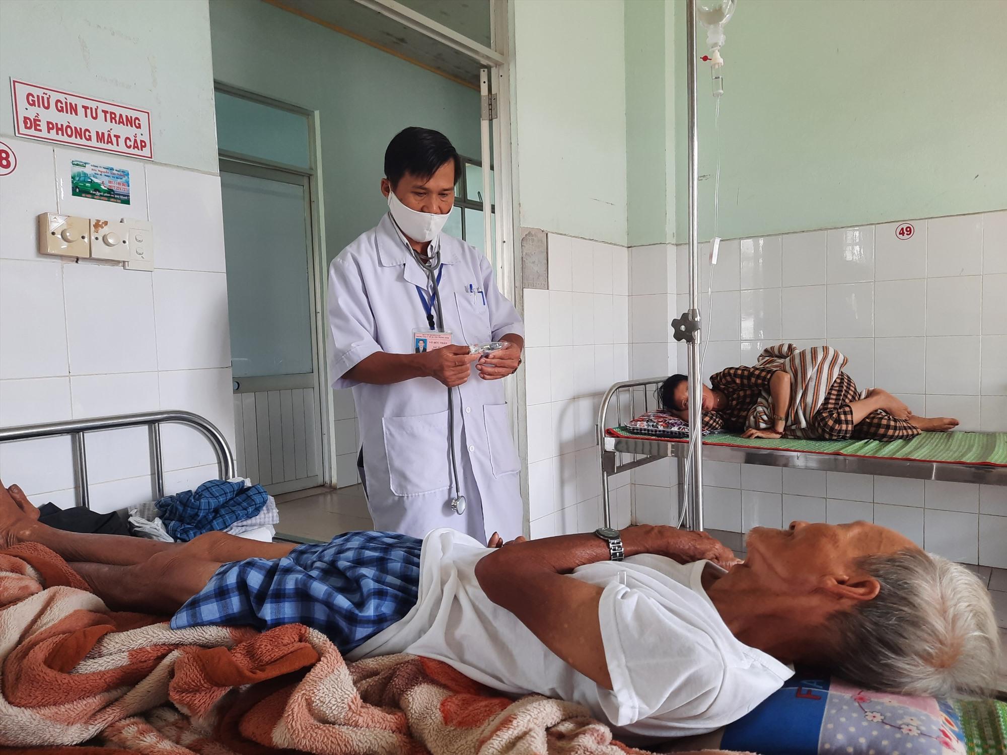 Nhờ nhập viện và điều trị kịp thời, sức khỏe ông Trương Văn Sanh đã chuyển biến tốt và có thể xuất viện. Ảnh: HỒ QUÂN