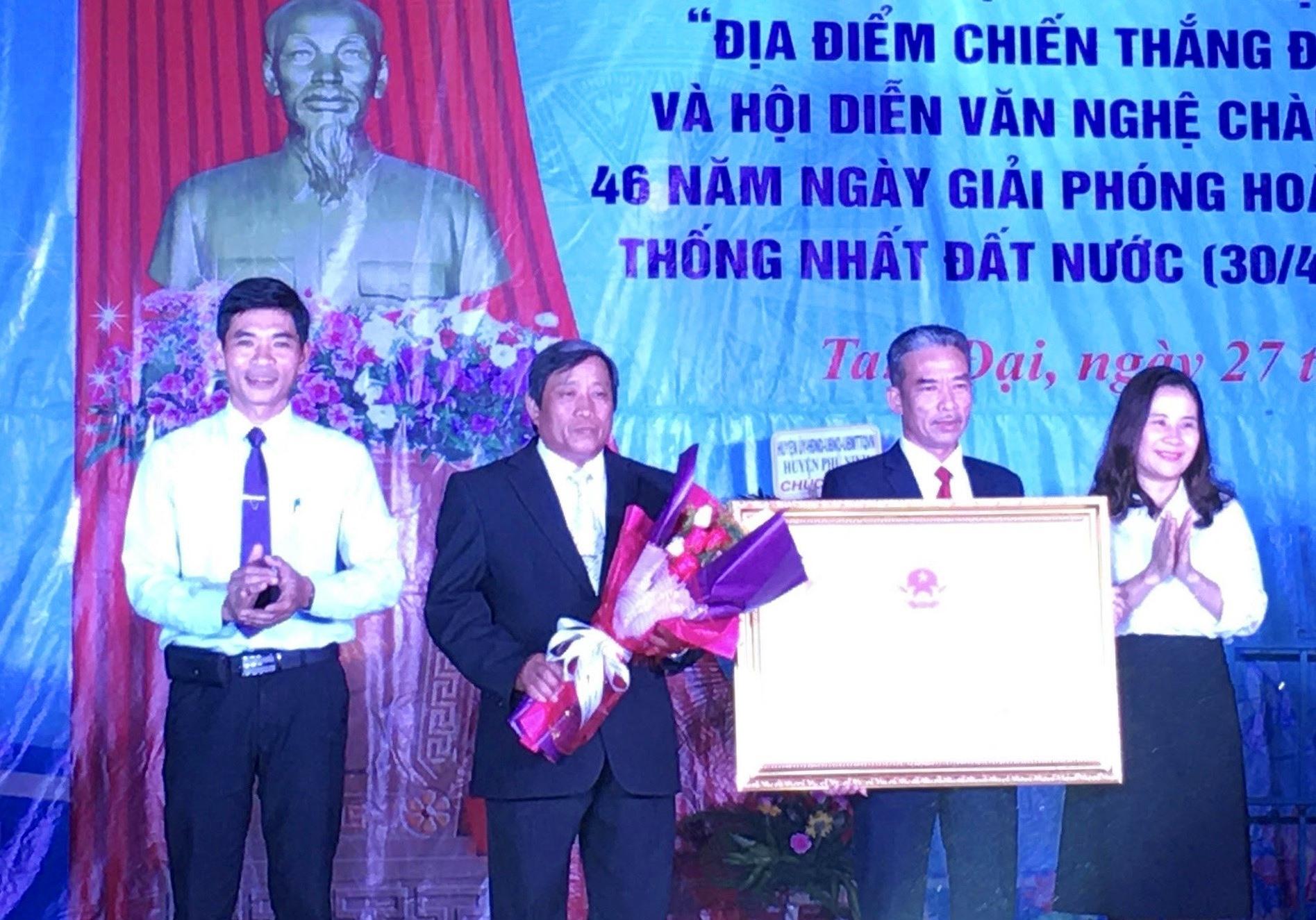 Lãnh đạo Sở VHTT-DL và huyện Phú Ninh trao Bằng di tích lịch sử cấp tỉnh địa điểm chiến thắng Chóp Chài cho lãnh đạo địa phương. Ảnh: H.C