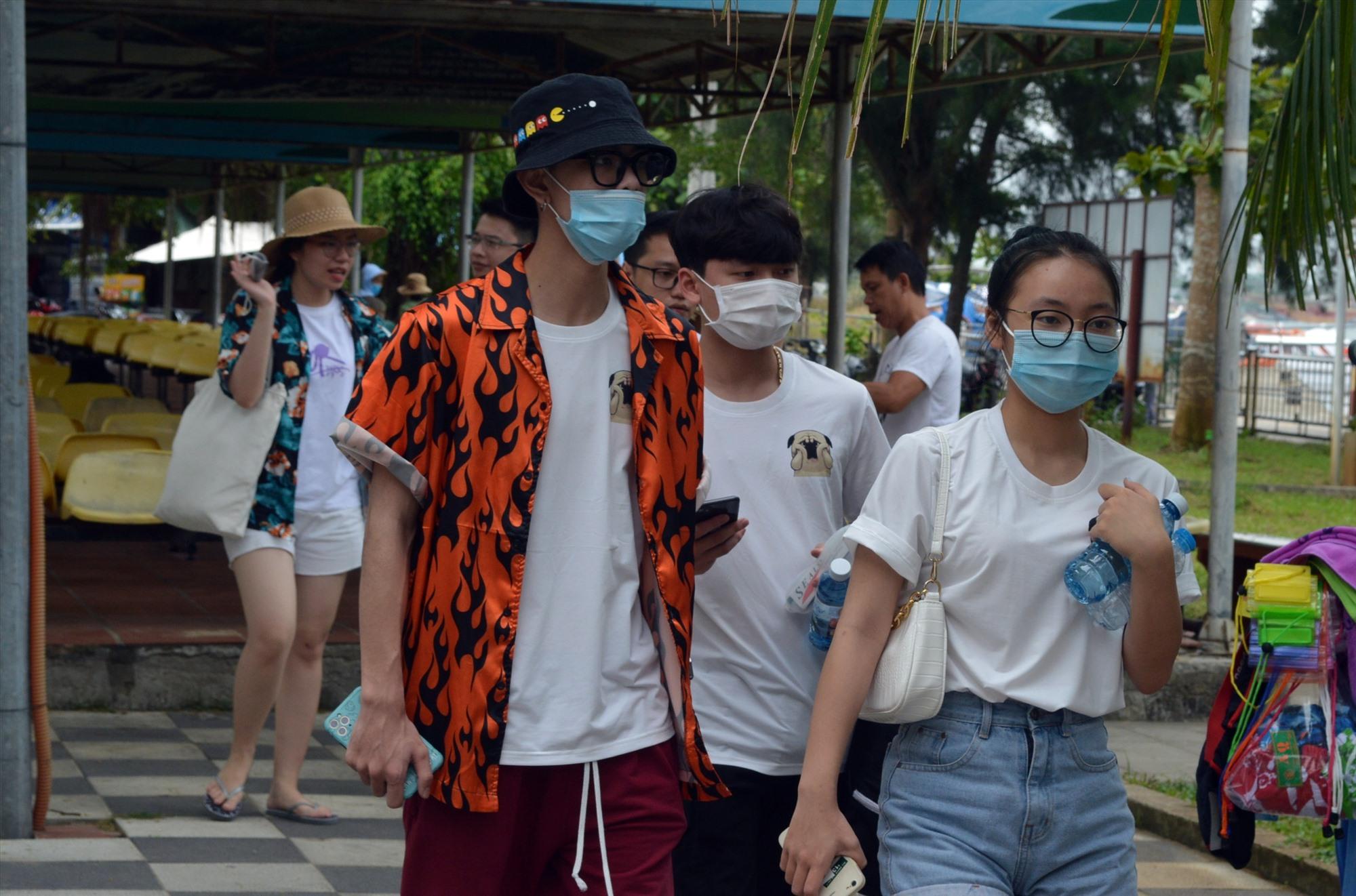 Để phòng chống dịch hiệu quả, du khách bắt buộc phải đeo khẩu trang khi tham quan du lịch