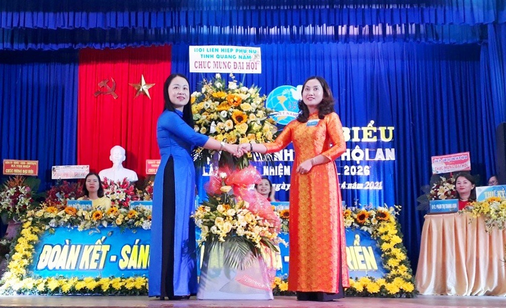 Bà Đặng Thị Lệ Thủy, Chủ tịch Hội LHPN tỉnh tặng hoa chúc mừng đại hội. Ảnh: H.L