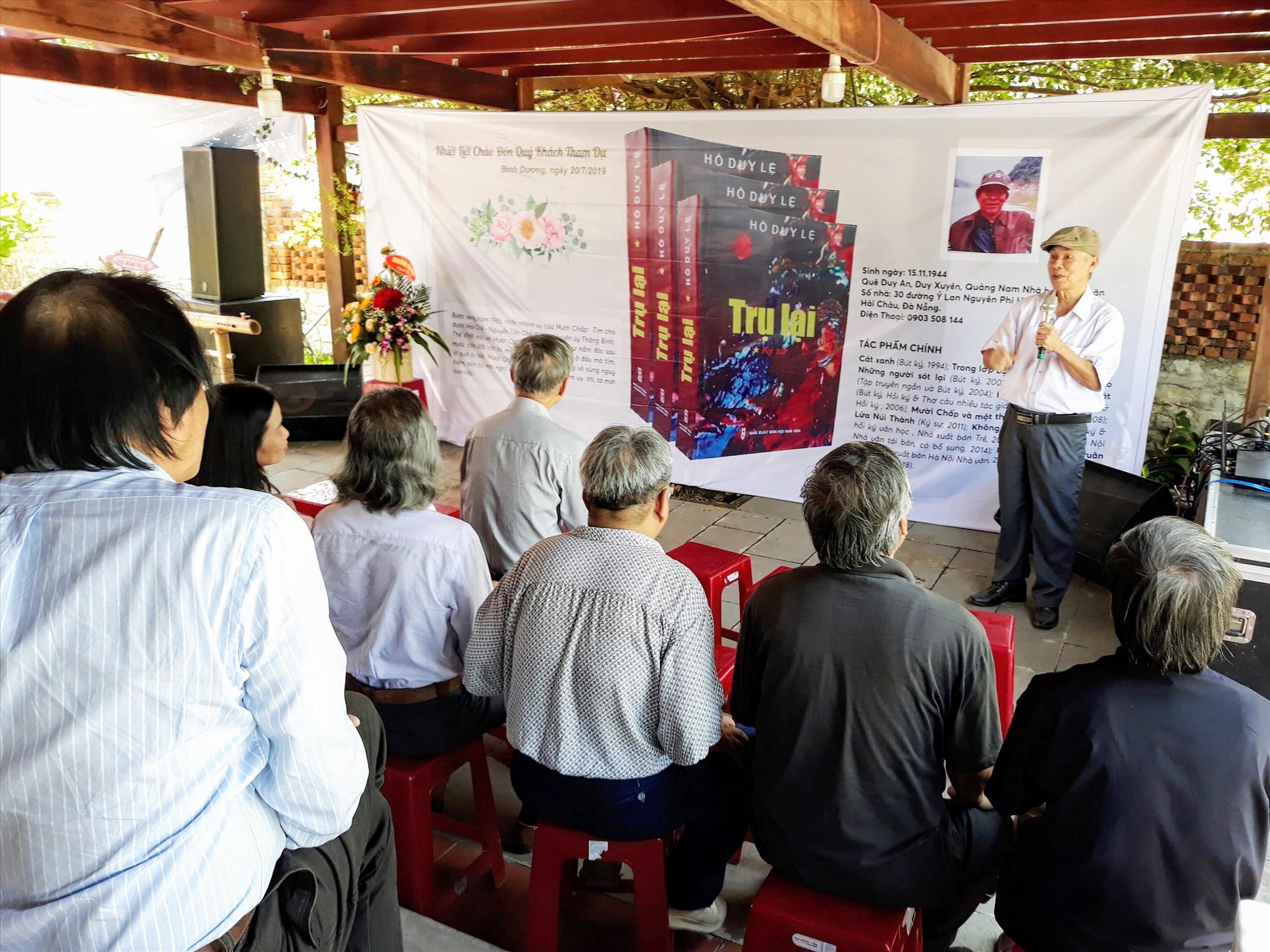 """Ngày càng có thêm nhiều """"từ khóa"""" văn nghệ được xác lập bởi các văn nghệ sĩ xứ Quảng. Trong ảnh: Một buổi ra mắt, giới thiệu sách của nhà văn Hồ Duy Lệ. Ảnh: B.A"""