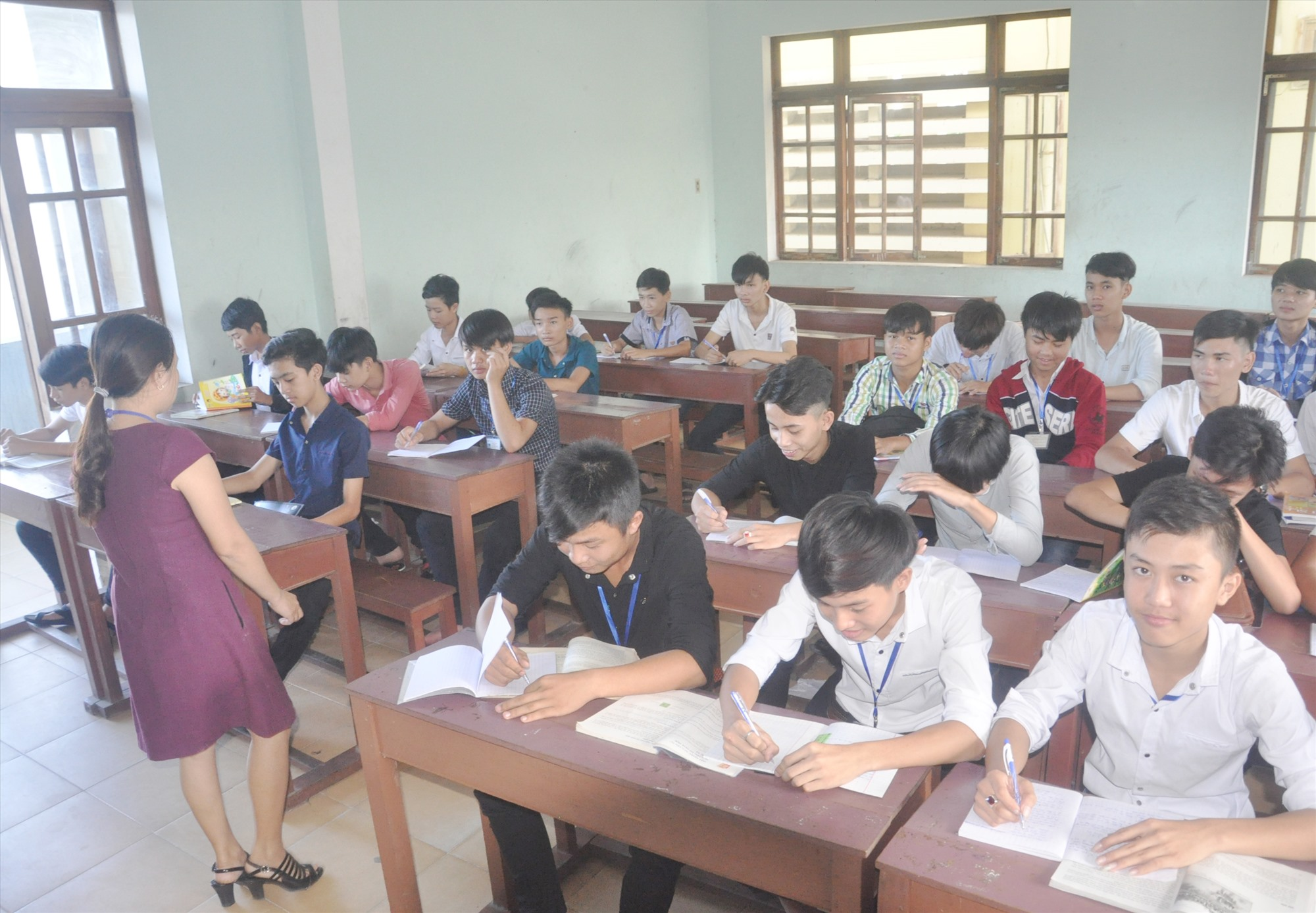 Học sinh học xong lớp 9 vào học nghề tại Trường Cao đẳng Kinh tế kỹ thuật Quảng Nam. Ảnh: X.P