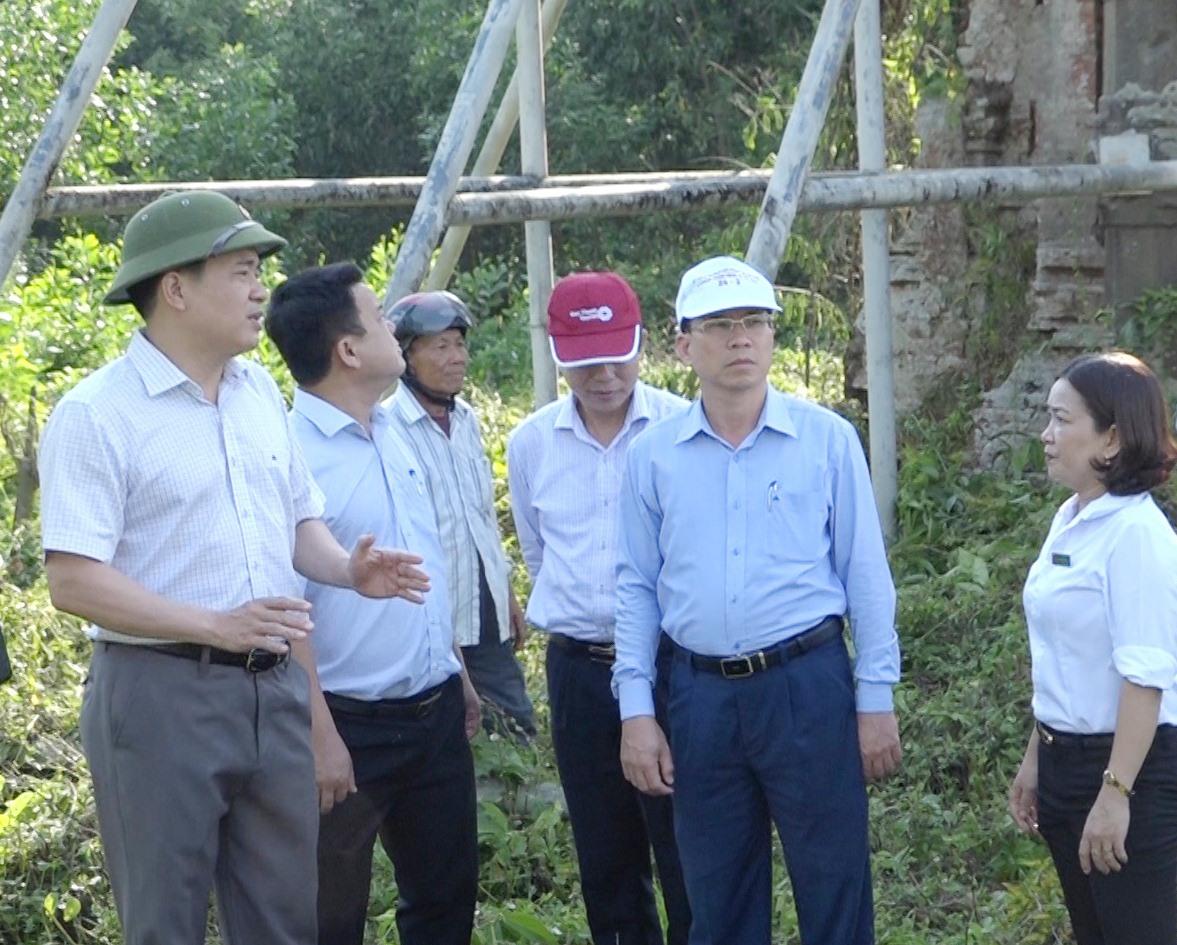 Phó Chủ tịch UBND tỉnh Trần Văn Tân (ngoài cùng bên trái) khảo sát Di tích lịch sử quốc gia đặc biệt Phật viện Đồng Dương tháng 6.2020. Ảnh: G.B