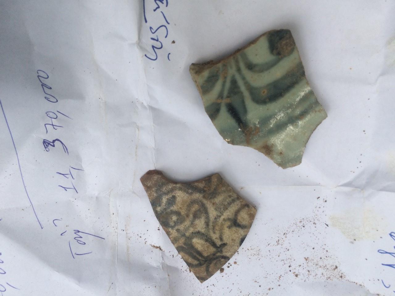 Mảnh gốm tráng men có hoa văn được tìm thấy tại các lò gốm xưa ở Quế Long.