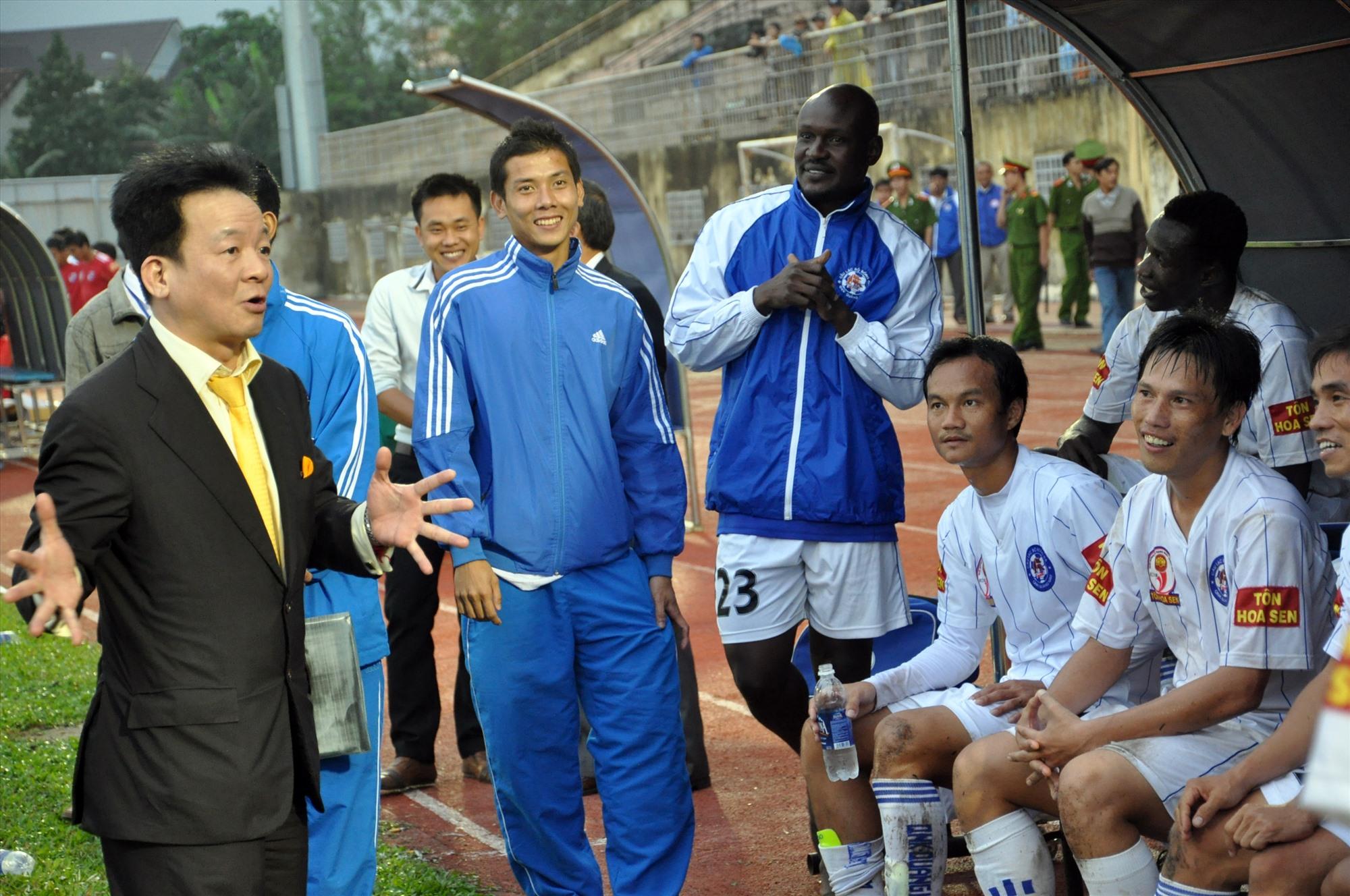 Bầu Hiển trong một lần đến sân Tam Kỳ hào hứng trò chuyện với các cầu thủ Quảng Nam. Ảnh: A.SẮC