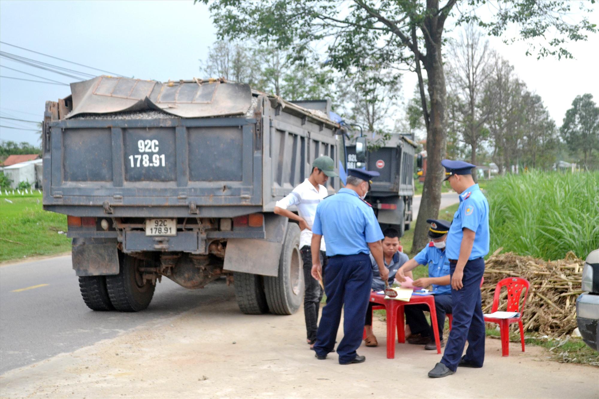 Thanh tra Sở GTVT kiểm tra xe tải chở vật liệu trên QL14H, đoạn qua xã Duy Châu (Duy Xuyên). Ảnh: C.T
