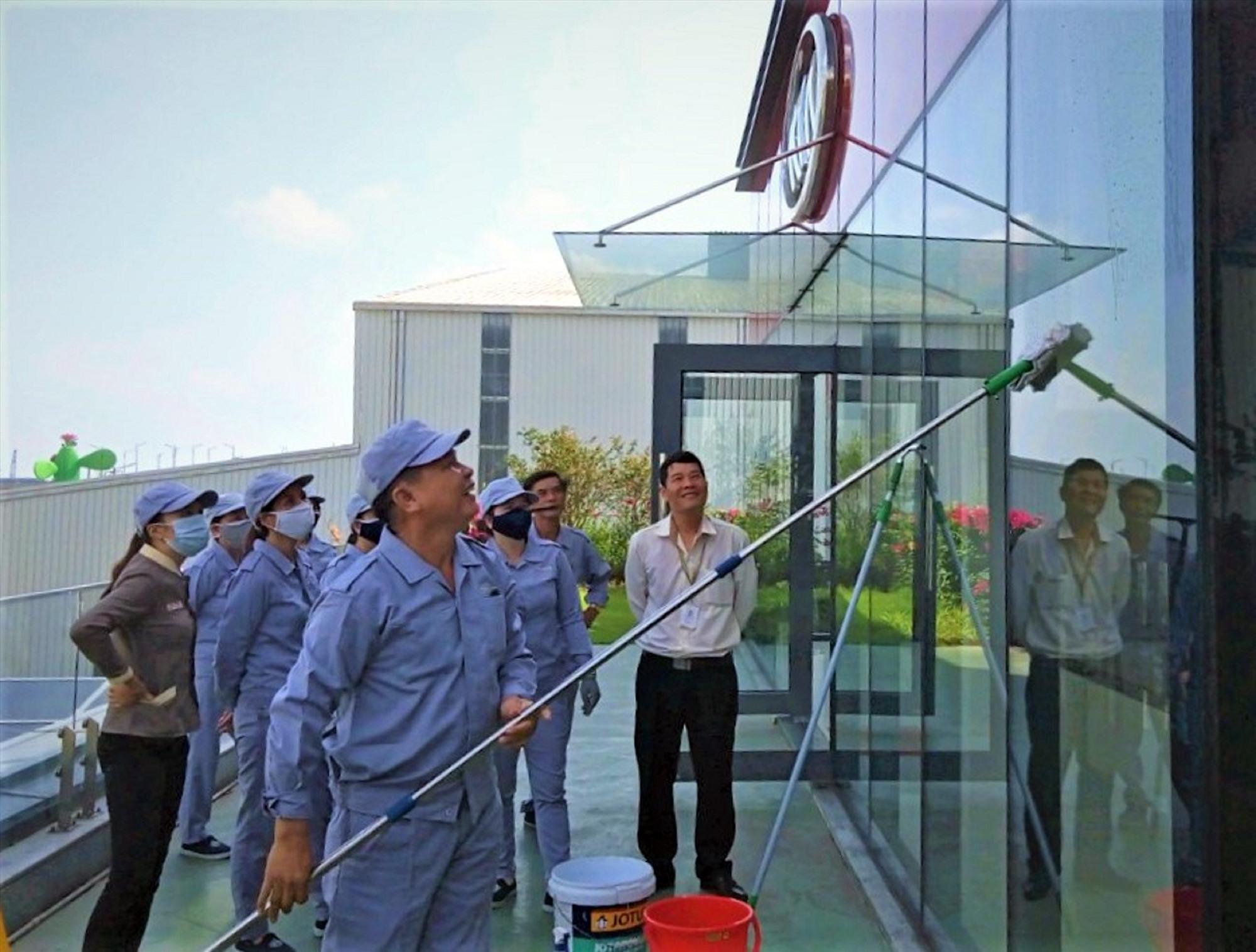Nhân viên thực hành lau kính tại Nhà máy Thaco Kia.