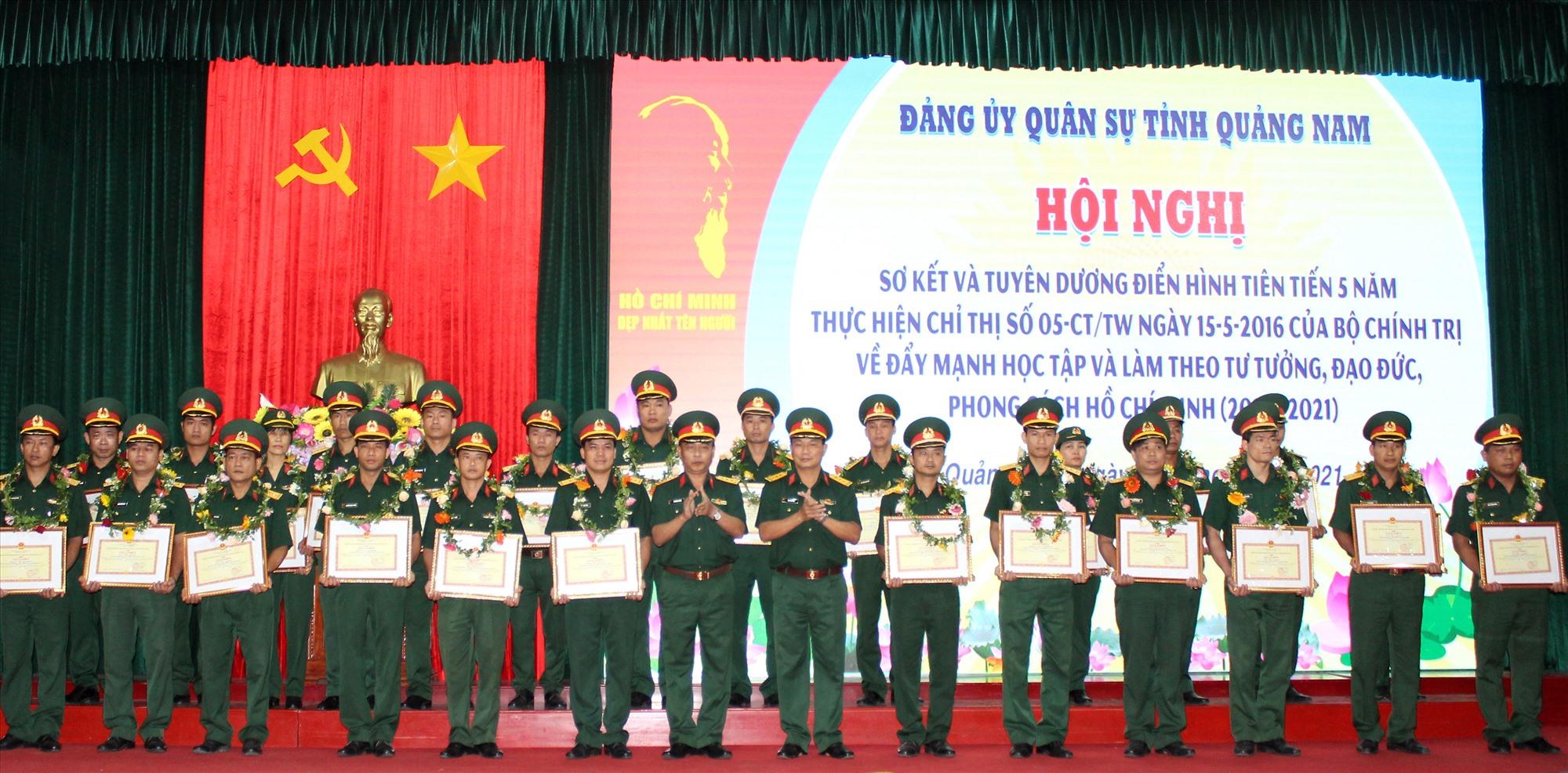 Tuyên dương 25 tập thể và 25 cá nhân điển hình tiên tiến qua 05 năm thực hiện Chỉ thị 05 của Bộ Chính trị.