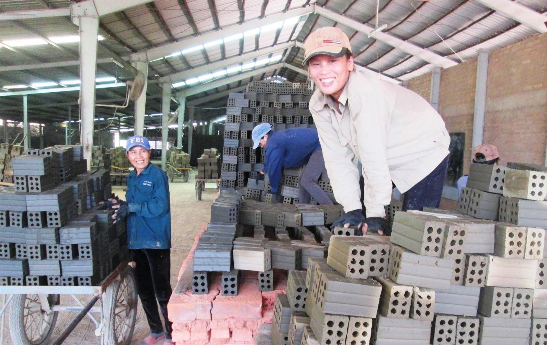 Nhờ nỗ lực thu hút doanh nghiệp vào đầu tư, thời gian qua nhiều lao động nông thôn của xã Quế Mỹ có việc làm ổn định. Ảnh: N.S