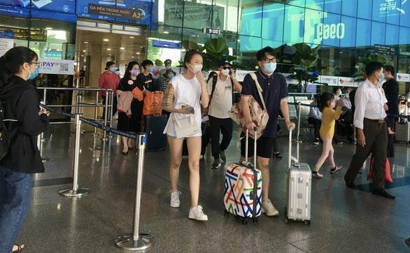 Hành khách mang khẩu trang tại sân bay quốc tế Tân Sơn Nhất ngày 29.4.