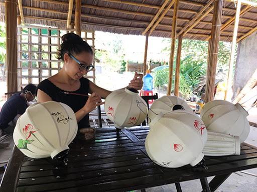 Making Hoi An lanterns