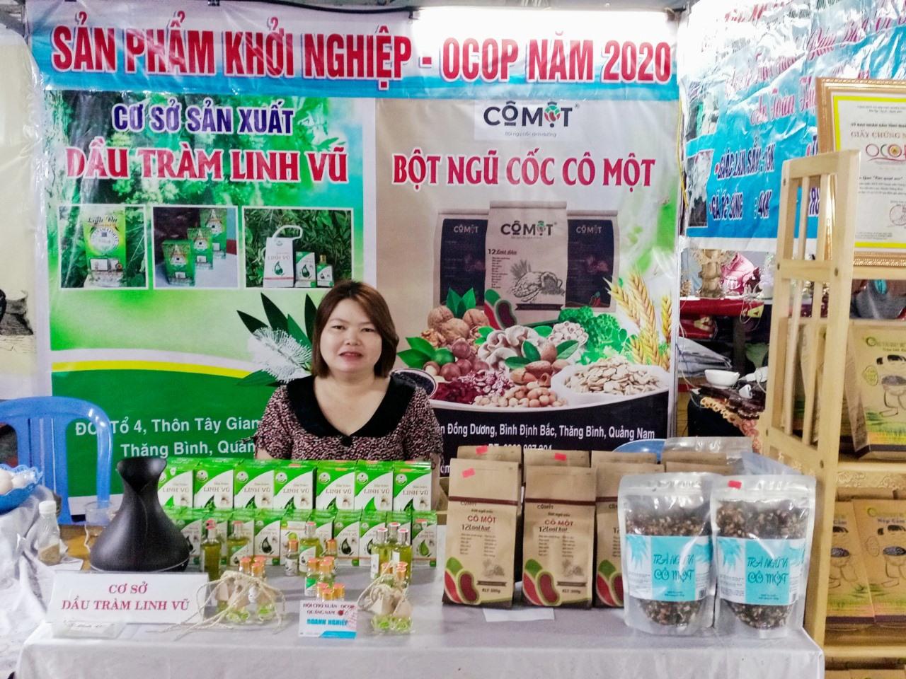 Sản phẩm tinh dầu tràm Linh Vũ của chị Bùi Thị Nguyệt (Thăng Bình) được công nhận sản phẩm OCOP cấp tỉnh 3 sao. Ảnh: H.LIÊN