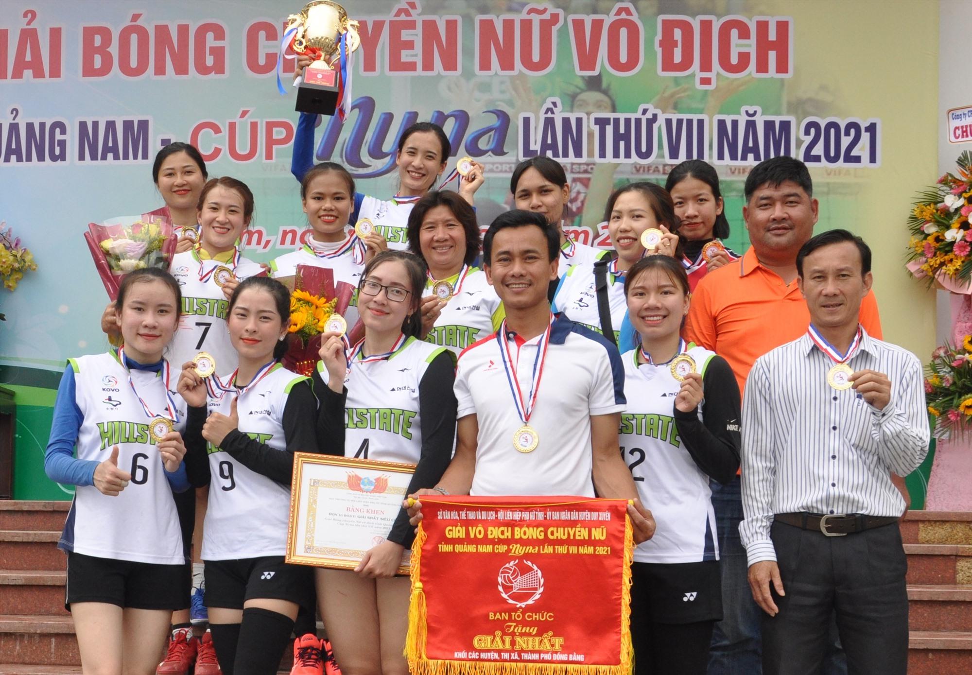 Niềm vui đoạt chức vô địch giải Bóng chuyền nữ tỉnh Quảng Nam năm 2021 của đội bóng chuyền nữ Tam Kỳ. Ảnh: A.Sắc