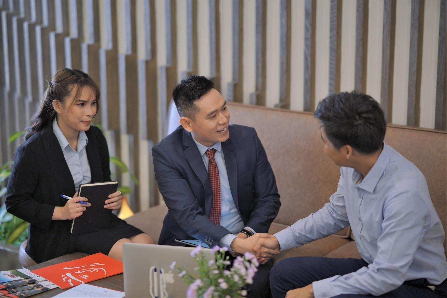 """Năm 2020, Prudential Việt Nam tiếp tục được ghi nhận trong ngành bảo hiểm và xếp thứ 2 trong """"Top 10 thương hiệu có Trải nghiệm Khách hàng Xuất sắc nhất 2020"""", dựa trên khảo sát trải nghiệm khách hàng thực hiện bởi công ty kiểm toán KPMG."""