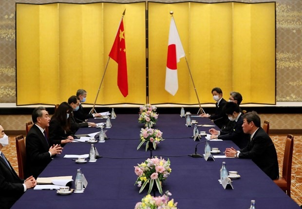 Japanese Foreign Minister Toshimitsu Motegi (First on the right) and his Chinese counterpart Wang Yi at a meeting in Tokyo on November 24, 2020 (Photo: AFP/VNA)