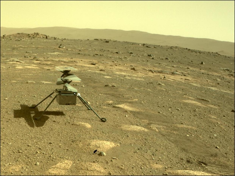 Hình ảnh chụp trực thắng Ingenuity cố định chắc chắn trên bề mặt sao Hỏa từ camera của tàu thăm dò Perseverance. Ảnh: NASA