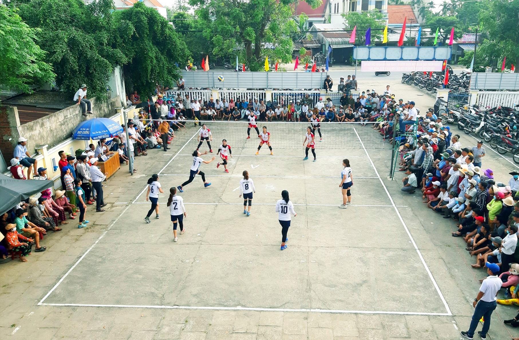 Giải bóng chuyền nữ huyện Quế Sơn năm 2021 thu hút khá đông khán giả dự xem. Ảnh: VĂN SỰ