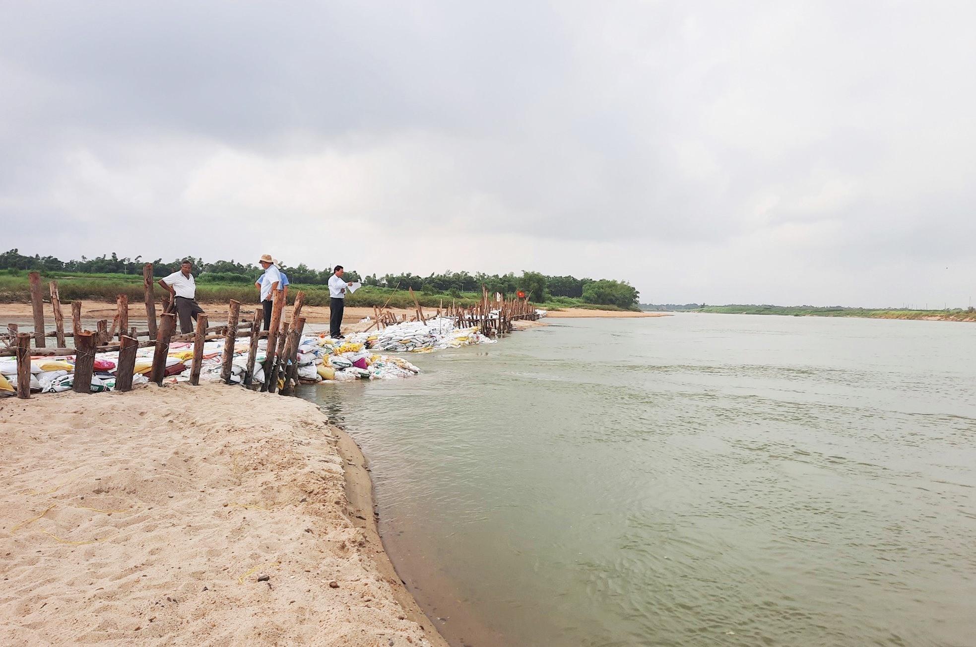 Việc đắp đập ngăn trên sông Quảng Huế gặp nhiều khó khăn do sức nước ở khu vực này rất lớn. Ảnh: HỒ QUÂN