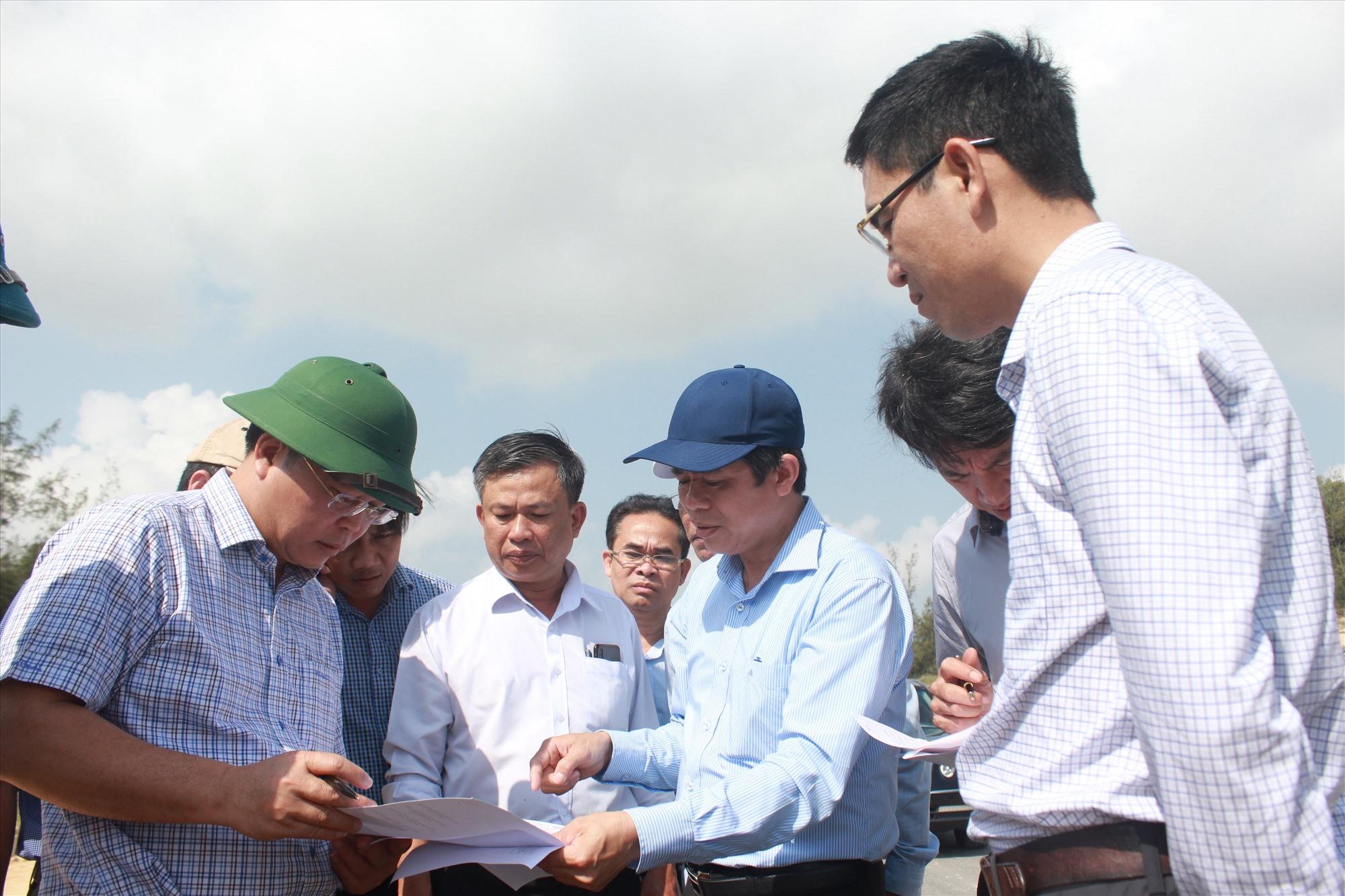 Chủ tịch UBND tỉnh Lê Trí Thanh kiểm tra thực tế tại một số dự án tái định cư, sắp xếp dân cư vùng đông Thăng Bình. Ảnh: T.C