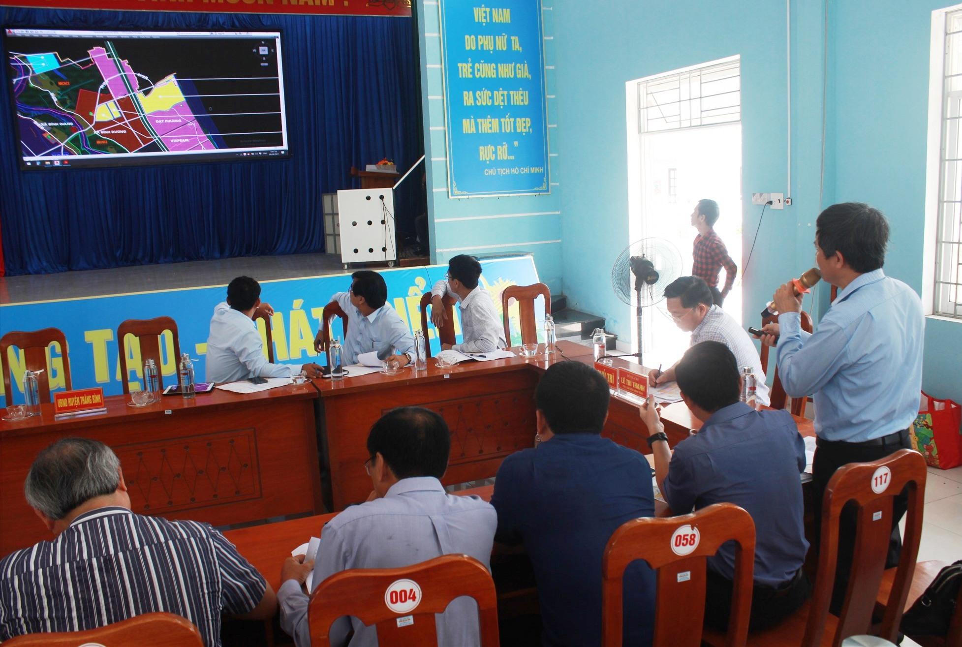 UBND huyện Thăng Bình báo cáo tình hình triển khai các dự án. Ảnh: T.C
