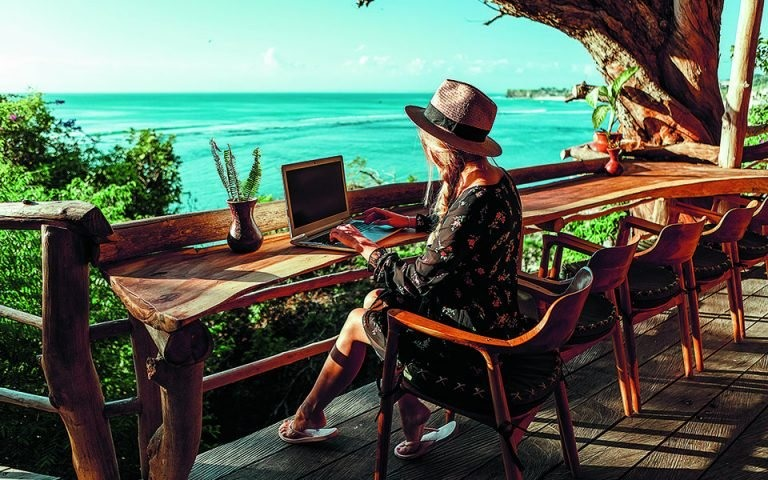 The digital nomad dream is to be able to work from paradise. Ảnh: greece-is.com