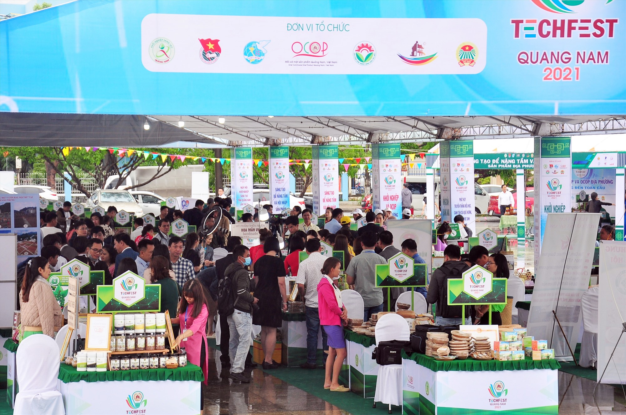 Sự kiện Techfest Quang Nam 2021 quy tụ 100 gian hàng với hơn 200 sản phẩm OCOP, sản phẩm khởi nghiệp... khu vực miền Trung - Tây Nguyên. Ảnh: ANH CÔNG