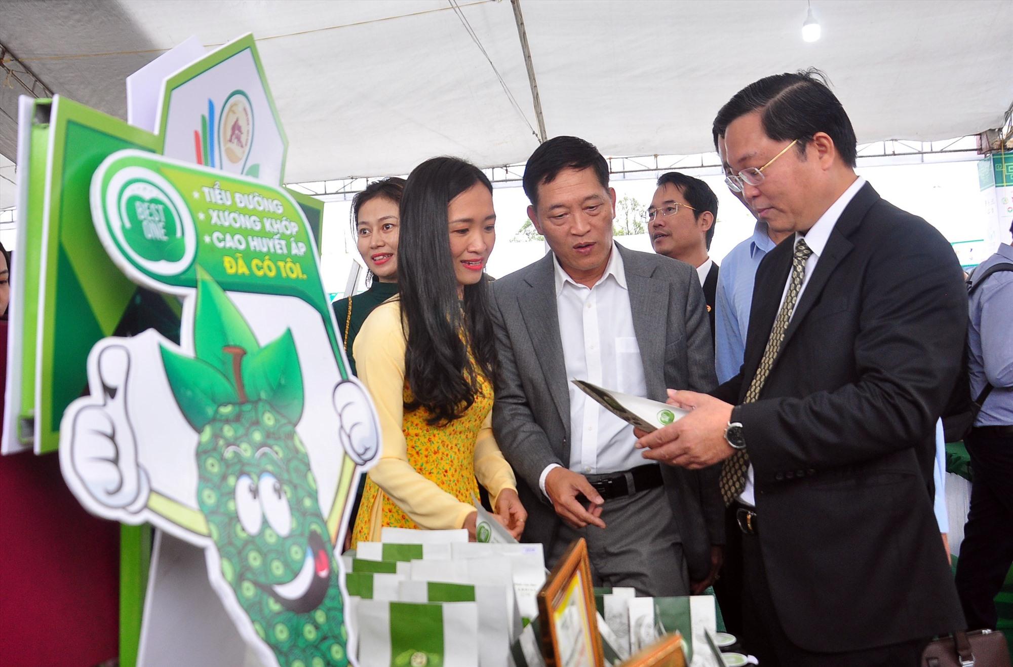 Lãnh đạo tỉnh và Bộ KH-CN tham quan các gian trưng bày sản phẩm OCOP, sản phẩm khởi nghiệp tại Techfest Quang Nam 2021. Ảnh: ANH CÔNG