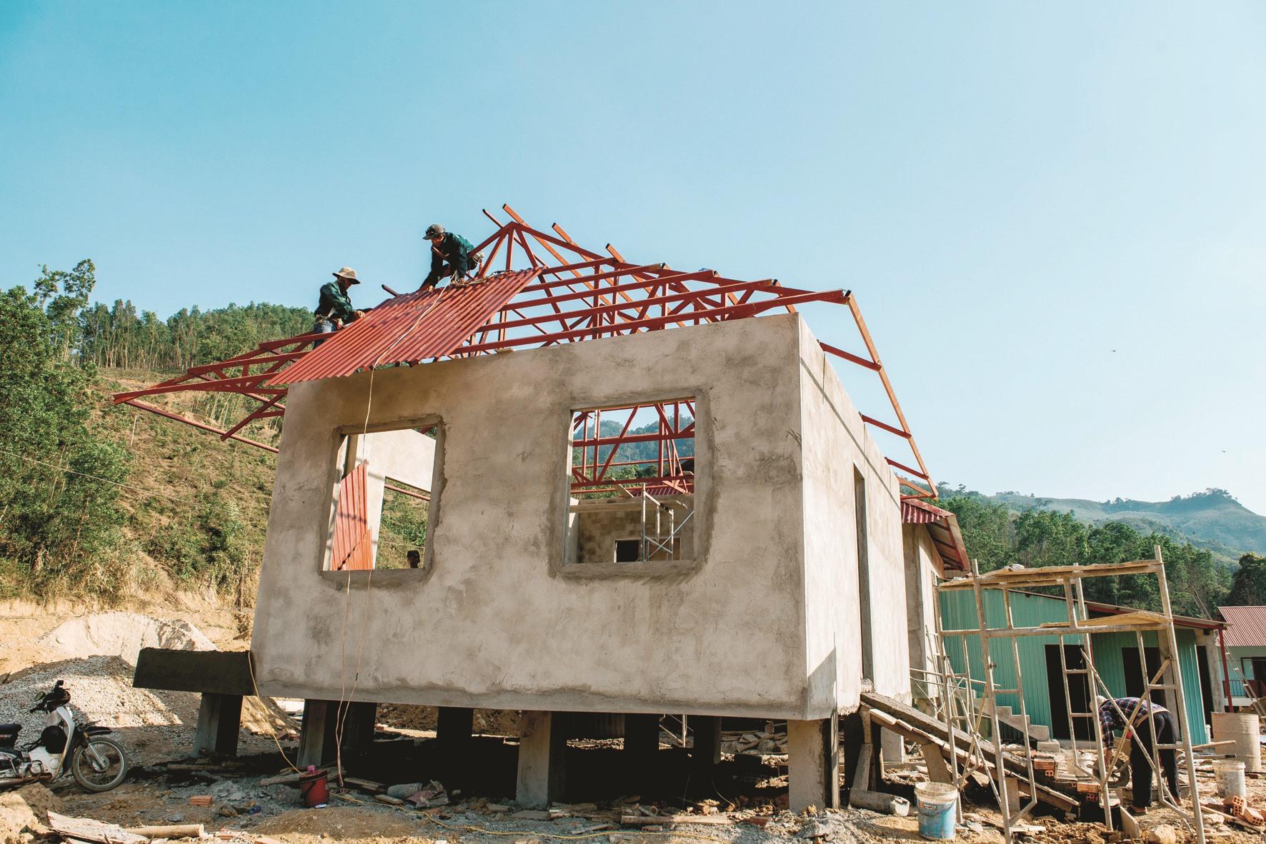 Ông Phan Quốc Cường - Chủ tịch UBND xã Trà Leng cho hay, khu vực này được phân 80 lô đất, mỗi lô có diện tích 200m2. Mỗi ngày có hơn 200 công nhân xây dựng để bà con sớm có nhà mới, ổn định cuộc sống.