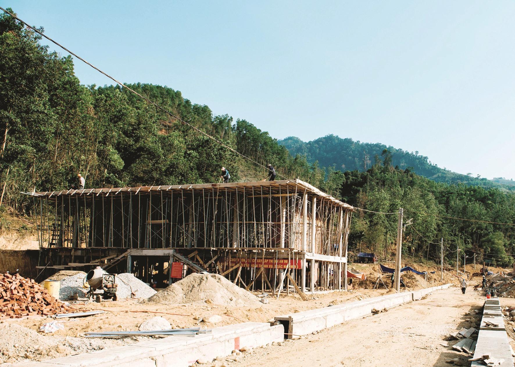 Ngoài nhà ở cho người dân, nhà sinh hoạt cộng đồng xã Trà Leng đang được xây dựng.