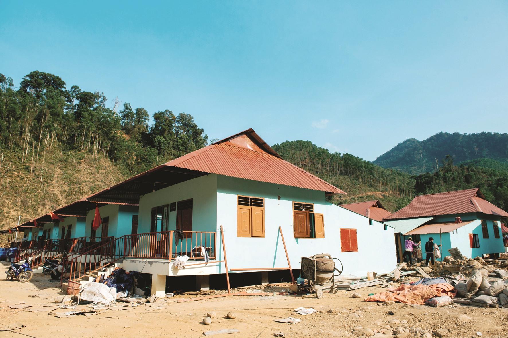 Đầu tháng 2 vừa qua, UBND huyện Nam Trà My phối hợp với Công ty CP Ô tô Trường Hải (Thaco) bàn giao 13 căn nhà (Thaco tài trợ 5 tỷ đồng xây dựng) cho người dân đón tết.