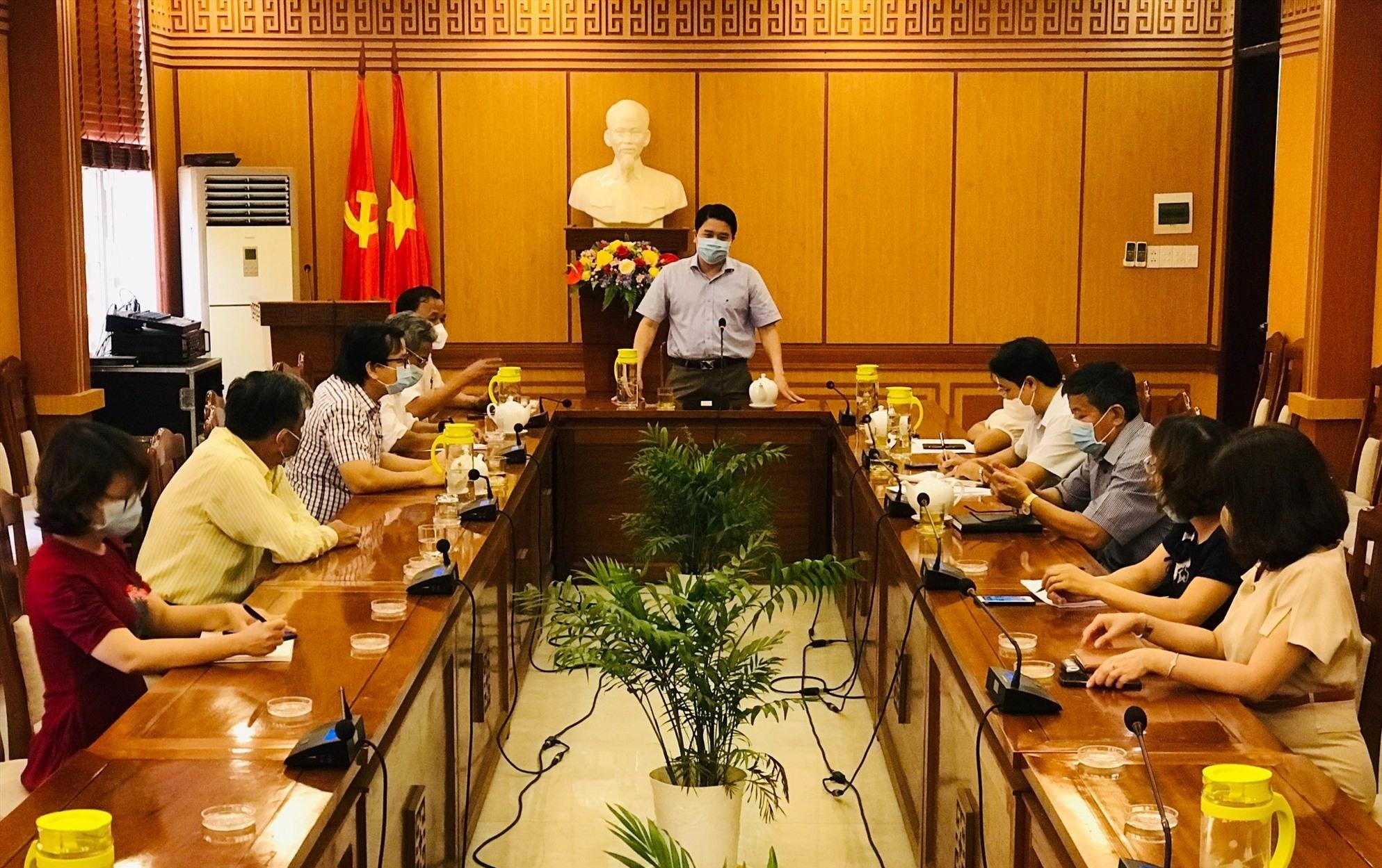 Phó Chủ tịch UBND tỉnh Trần Văn Tân chủ trì buổi làm việc với chính quyền TP.Hội An về công tác phòng chống dịch. Ảnh: Q.T