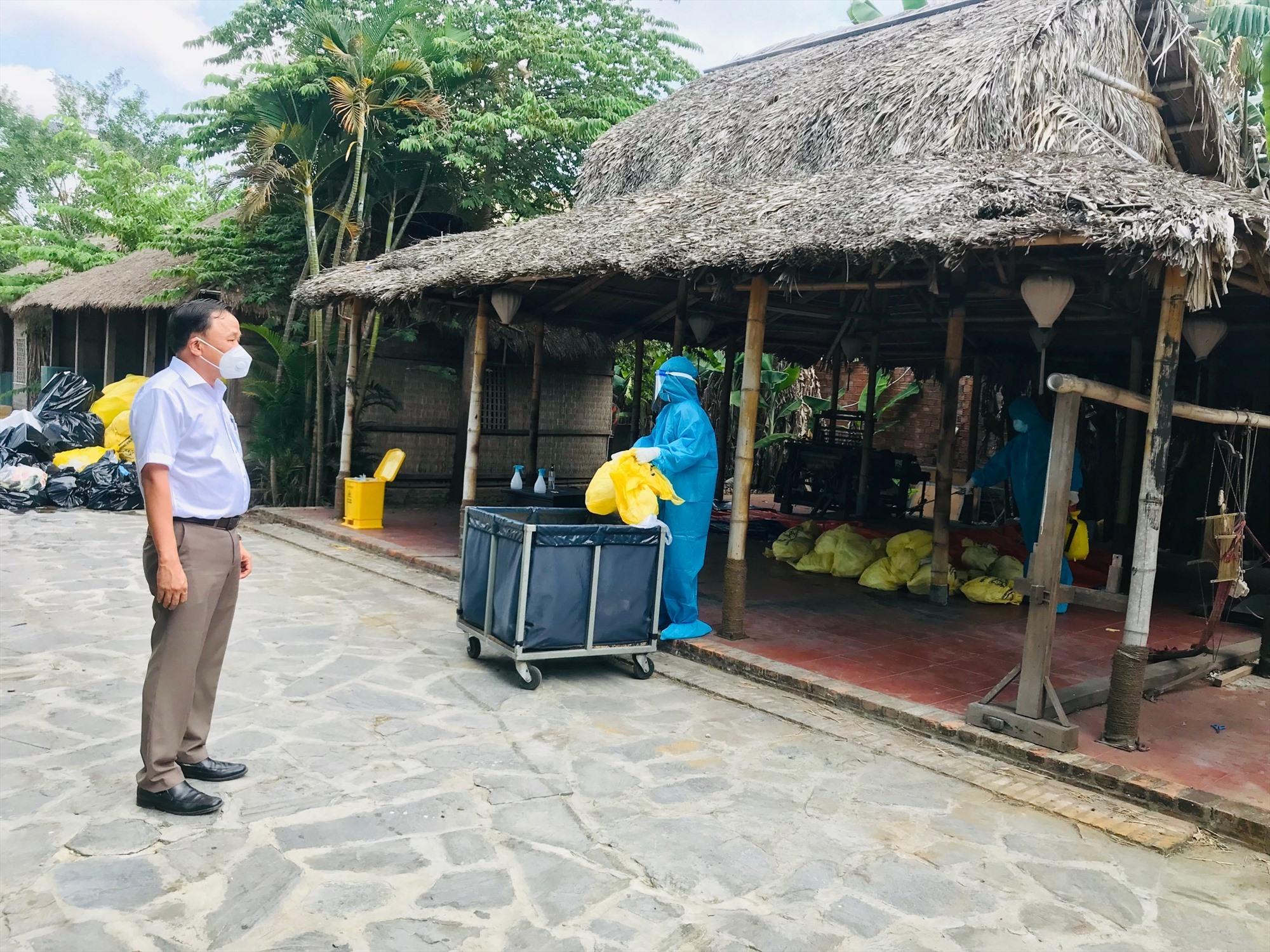Giám đốc Sở Y tế Mai Văn Mười kiểm tra quy trình xử lý rác thải tại một khách sạn đang đón khách cách ly tập trung có thu phí. Ảnh: Q.T