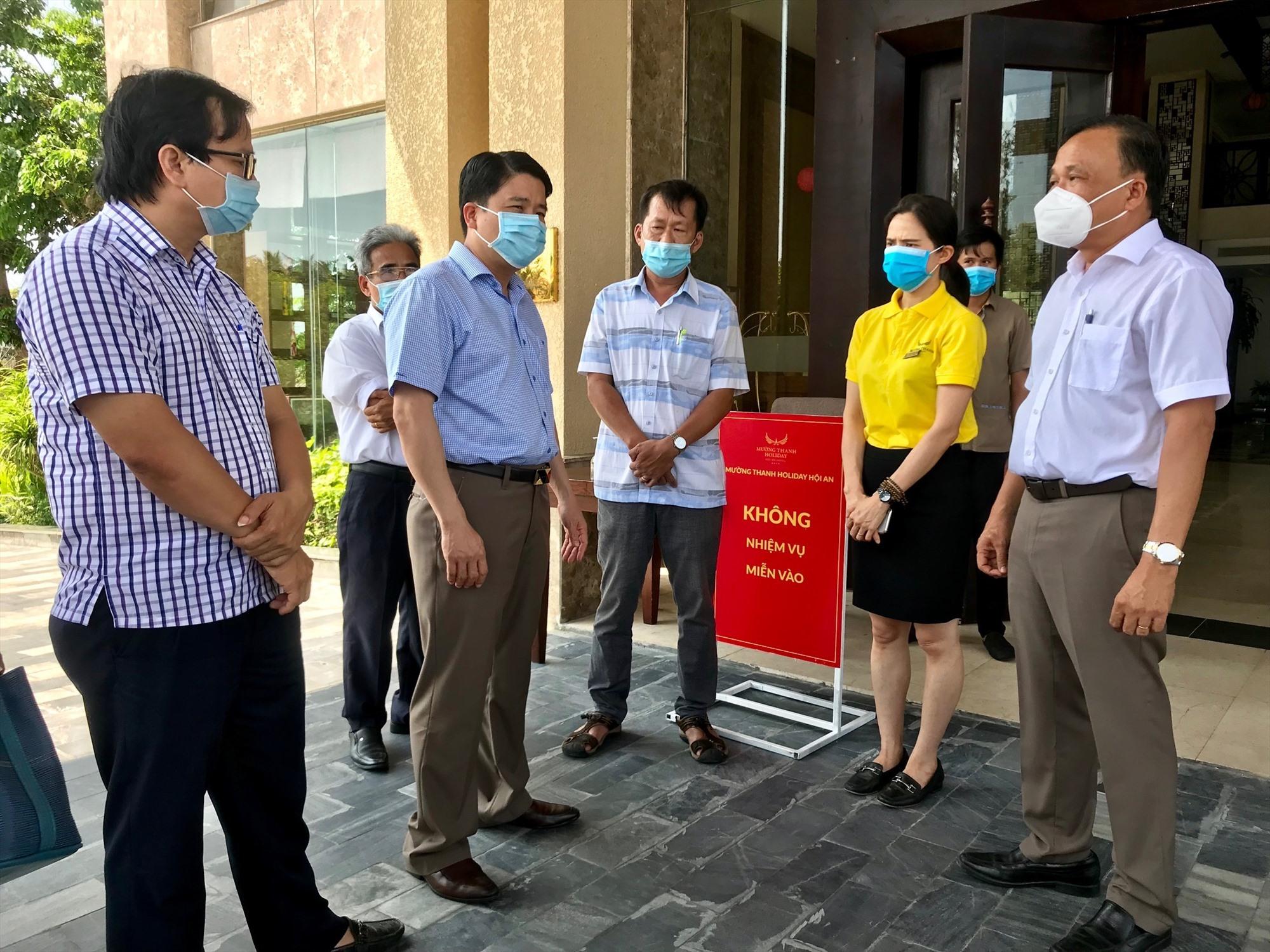 Phó Chủ tịch UBND tỉnh Trần Văn Tân và lãnh đạo các sở, ngành liên quan kiểm tra công tác vận hành đón khách cách ly tập trung có thu phí tại khách sạn Mường Thanh Hội An. Ảnh: Q.T