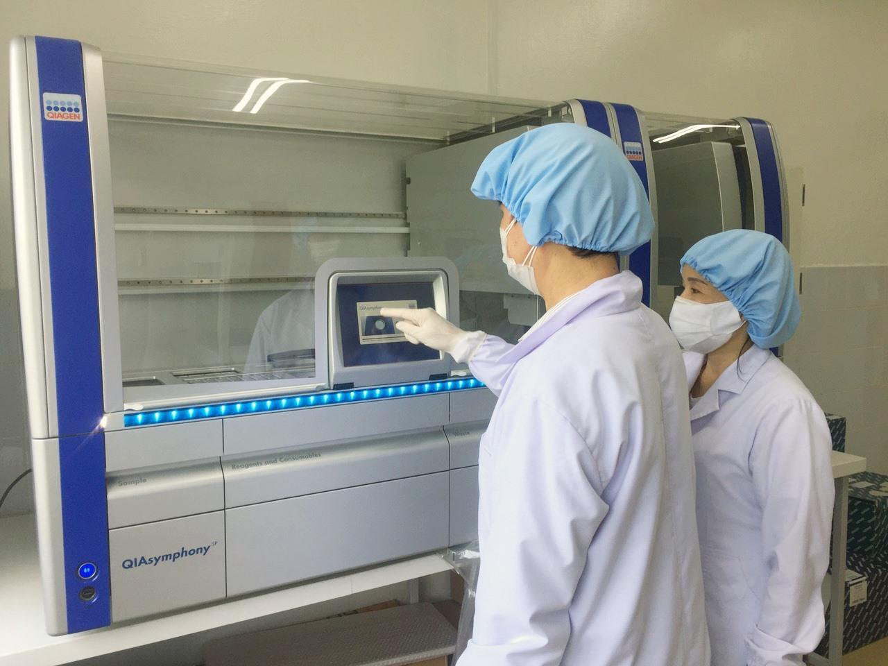 Kỹ thuật viên của CDC Quảng Nam xét nghiệm mẫu bệnh phẩm trên hệ thống máy xét nghiệm RT-PCR. Ảnh: D.L