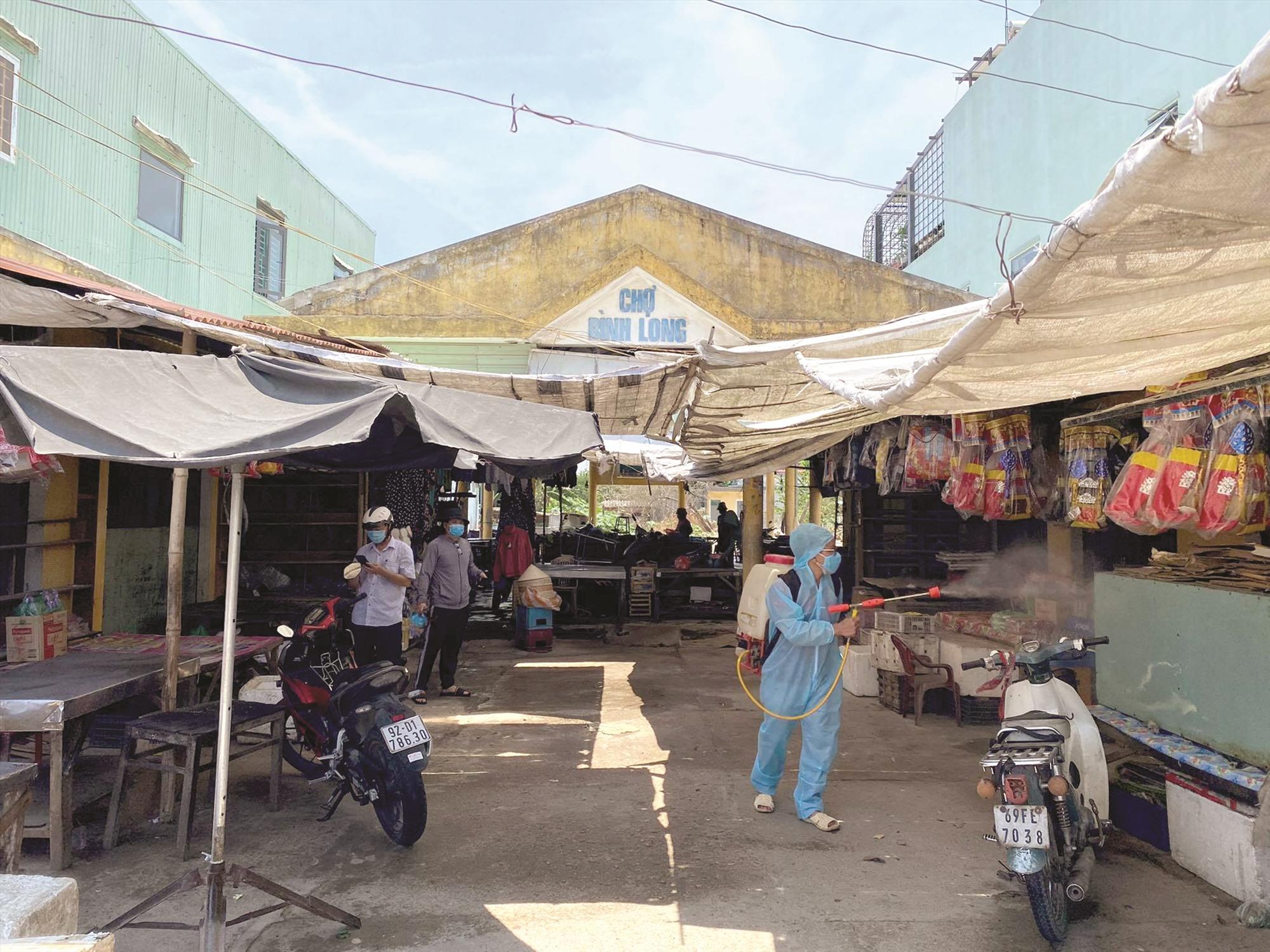 Điện Bàn đã phong tỏa và tiến hành phun thuốc chợ Bình Long, xã Điện Phước. Ảnh: QUANG HÀ