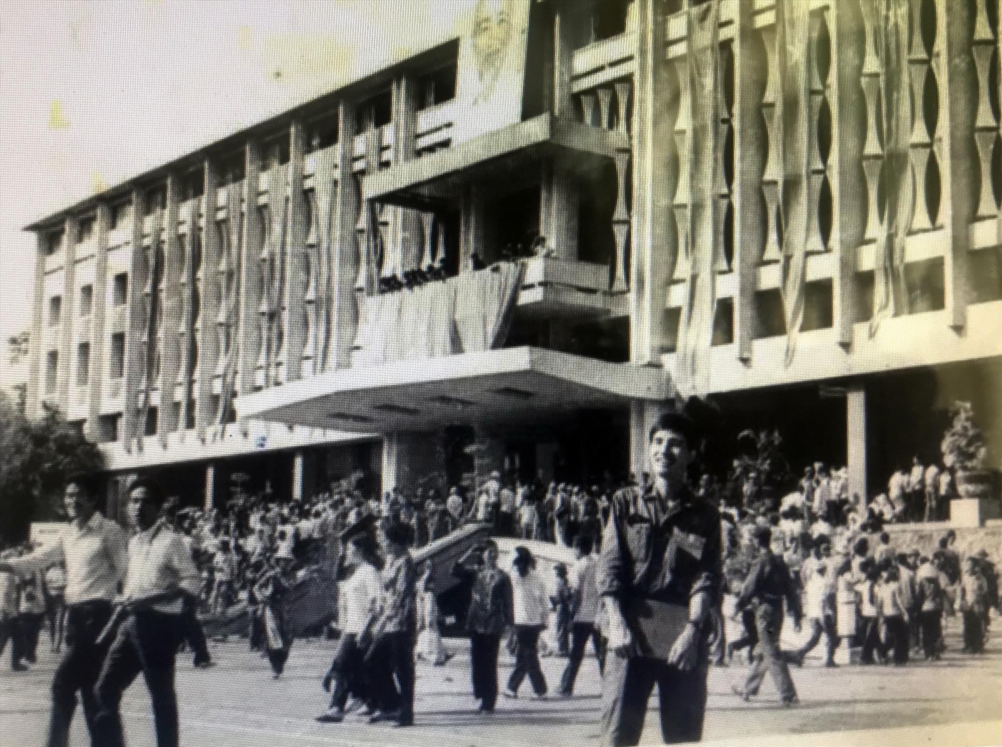Nhà báo Trần Mai Hạnh tại Dinh Độc Lập trưa 30.4.1975.