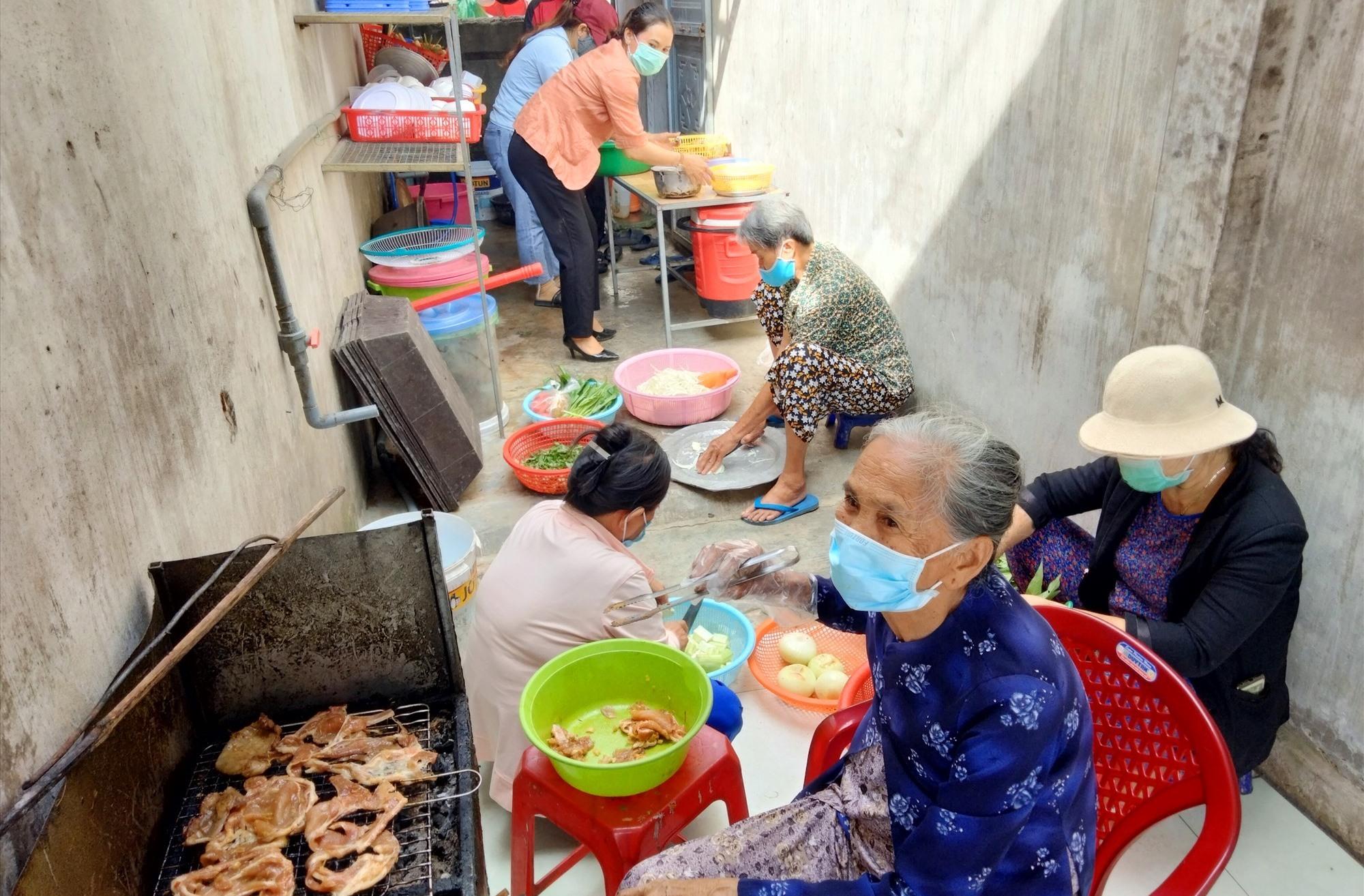 Phụ nữ Bình Minh tham gia nấu ăn để hỗ trợ cho lực lượng tuyến đầu và những người tham gia cách ly tập trung