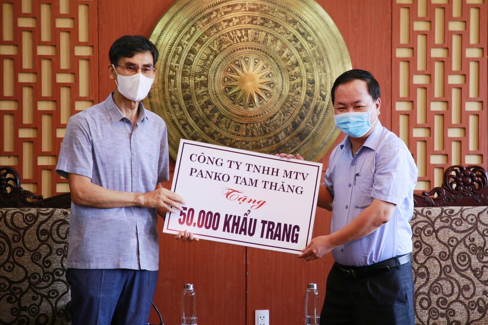 Ông Han Chul Joon - Tổng Giám đốc điều hành Công ty TNHH MTV Panko Tam Thăng tặng 50.000 khẩu trang khử khuẩn cho tỉnh Quảng Nam. Ảnh: T.C