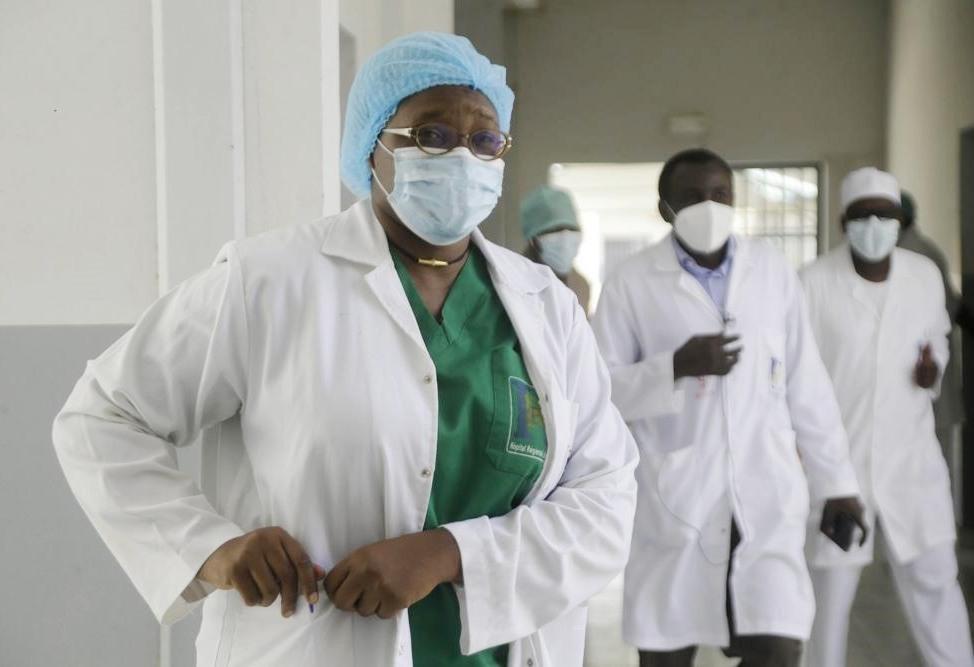 Bác sĩ Oumaima Djarma tại bệnh viện thủ đô Chad. Ảnh: AP