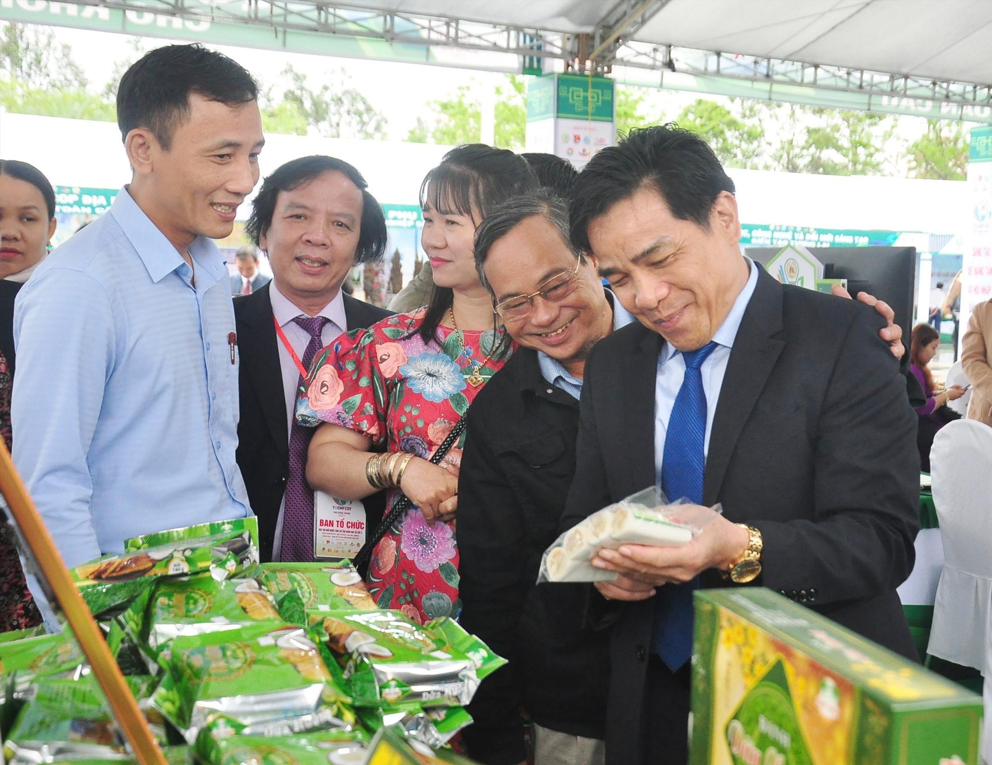 Lãnh đạo tỉnh tham quan các gian hàng trưng bày sản phẩm OCOP tại sự kiện TechFest Quảng Nam 2021. Ảnh: VINH ANH