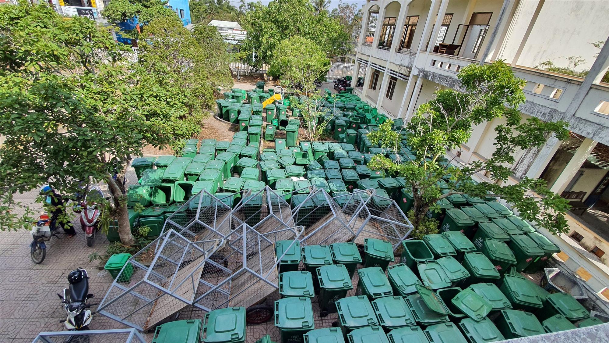 Rất nhiều thùng rác và một số xe thu gom cỡ nhỏ đã được mua sắm song vẫn đang tập kết tại trụ sở UBND xã Tam Hải. Ảnh: G.G