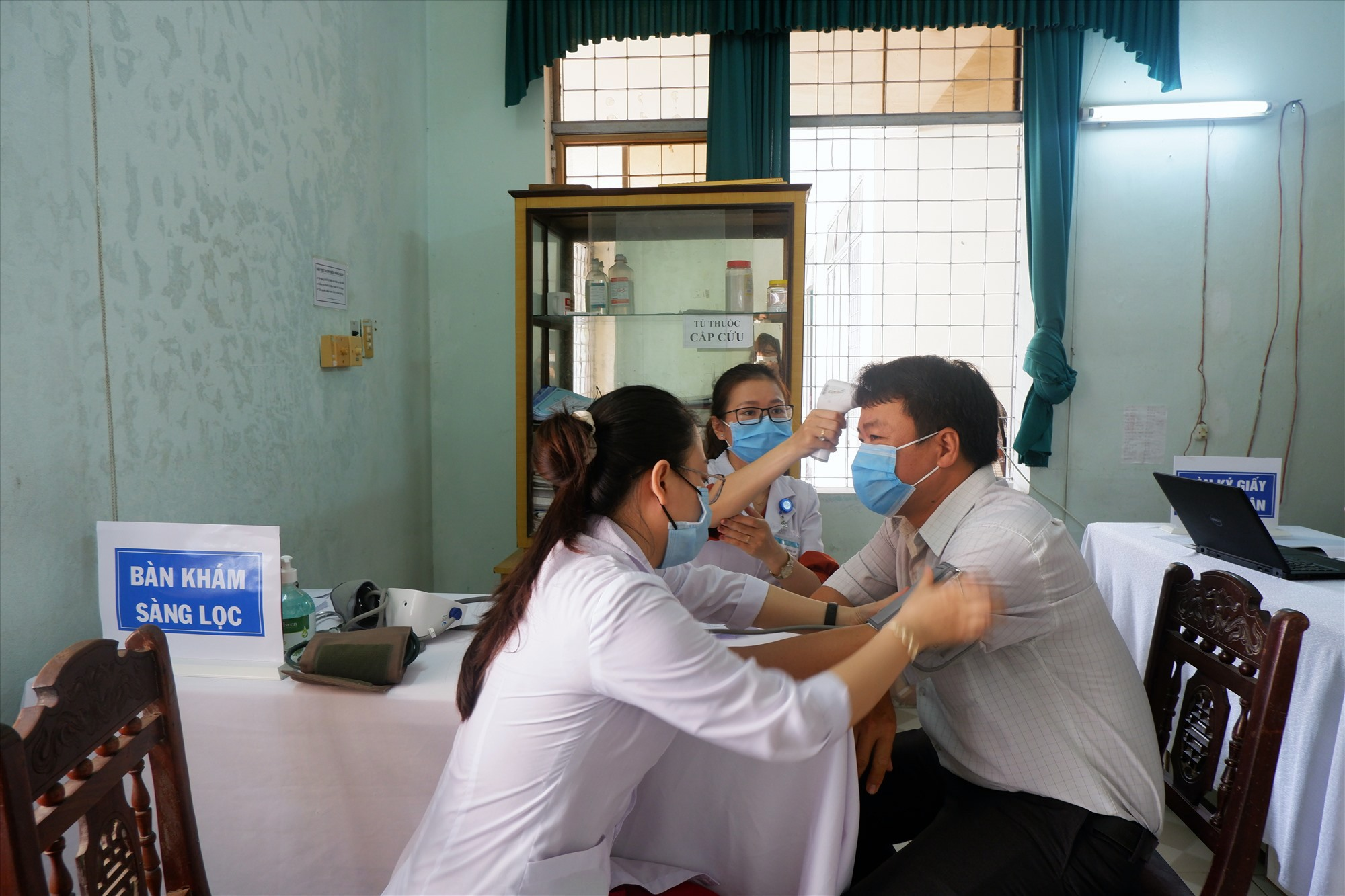 Việc khám sàng lọc trước khi tiêm vắc xin là yêu cầu bắt buộc. Ảnh: X.H