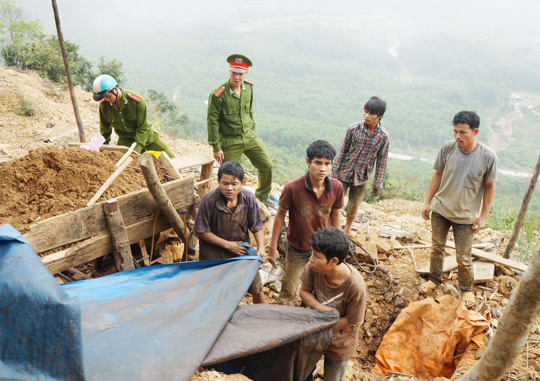 Một vị trí hoạt động của phu vàng ở Bồng Miêu bị công an đột kích bắt tại trận. Ảnh: T.H