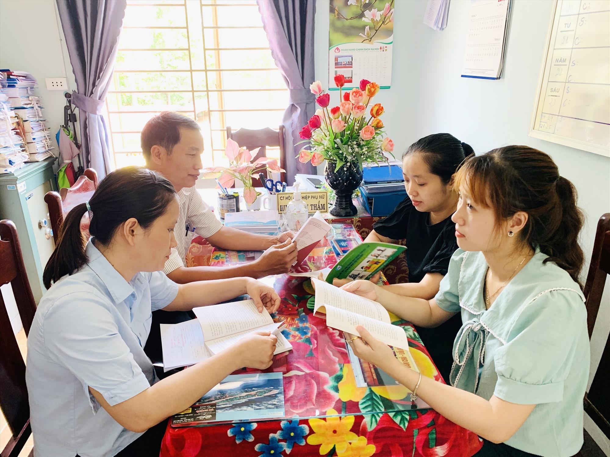 Cán bộ, đảng viên xã Duy Phước tìm hiểu những mẩu chuyện về Bác Hồ (ảnh chụp đầu tháng 4.2021). Ảnh: T.L