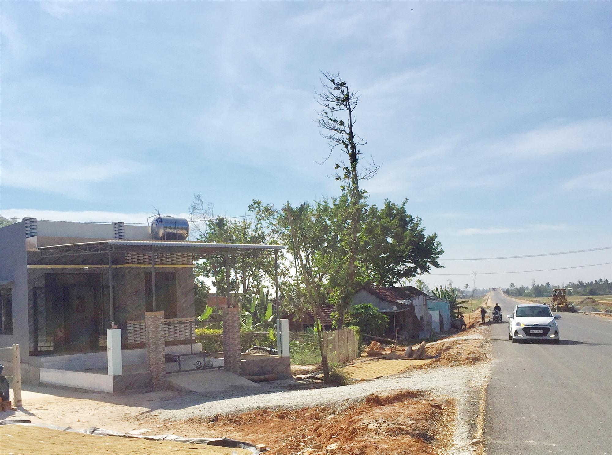 Người dân xây dựng nhà kiên cố trong vệt phía tây đường Võ Chí Công qua xã Tam Hòa (khu vực này được quy hoạch xây dựng làn đường giai đoạn 2).