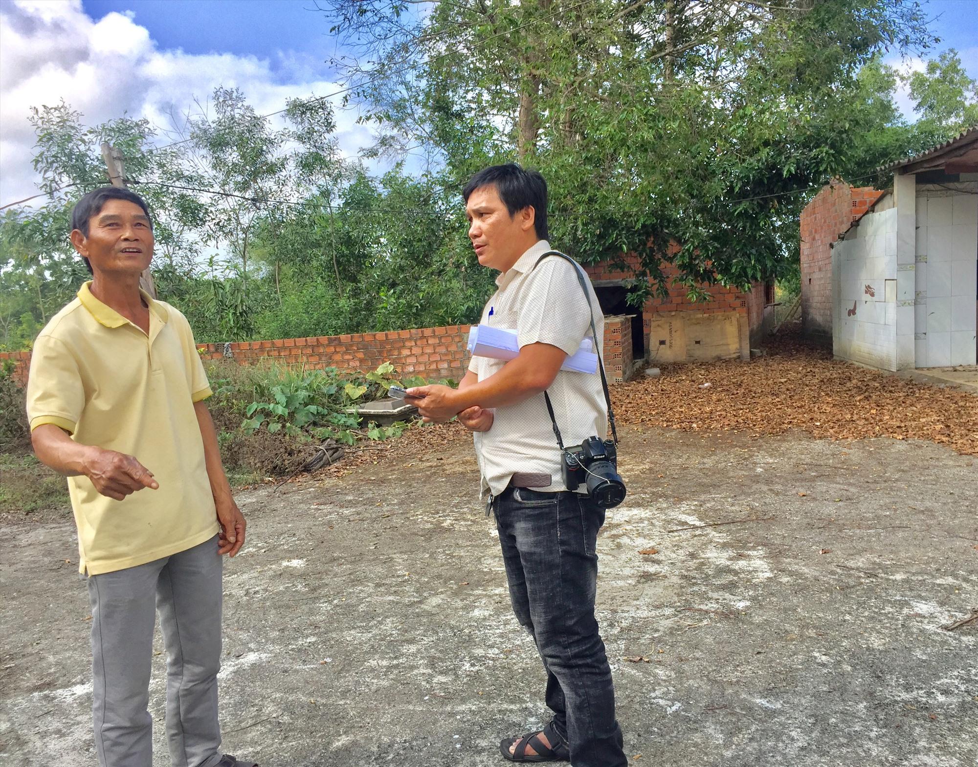 Ông Võ Thanh Đà (thôn Xuân Ngọc, xã Tam Anh Nam) trao đổi với phóng viên về hiện trạng khu đất bị ảnh hưởng bởi dự án (ảnh chụp cuối tháng 4.2021). Ảnh: T.M