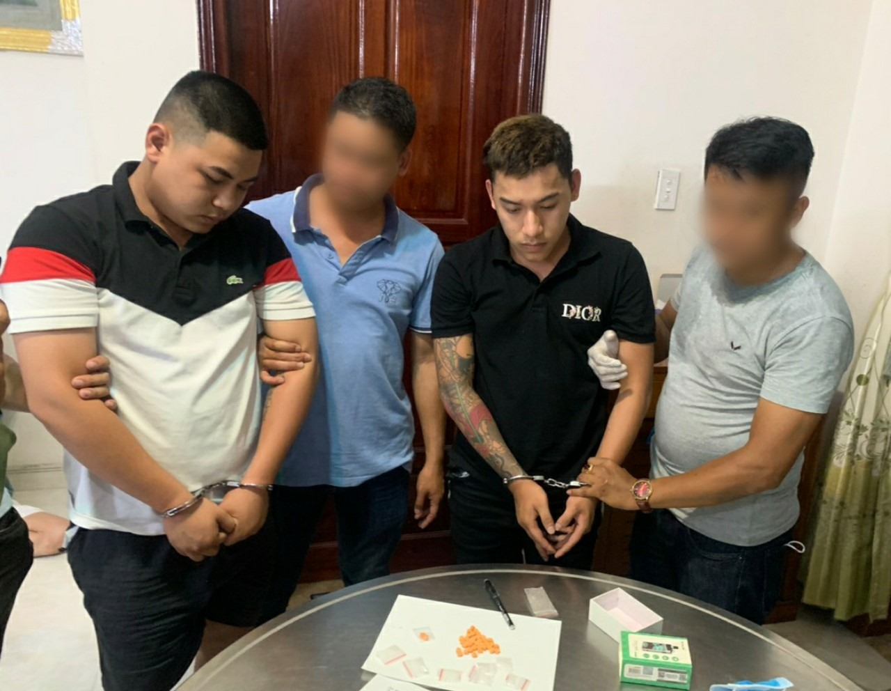 Đối tượng Trí (áo đen) và Truyền (áo trắng - đen) bị công an bắt giữ. Ảnh: Công an cung cấp